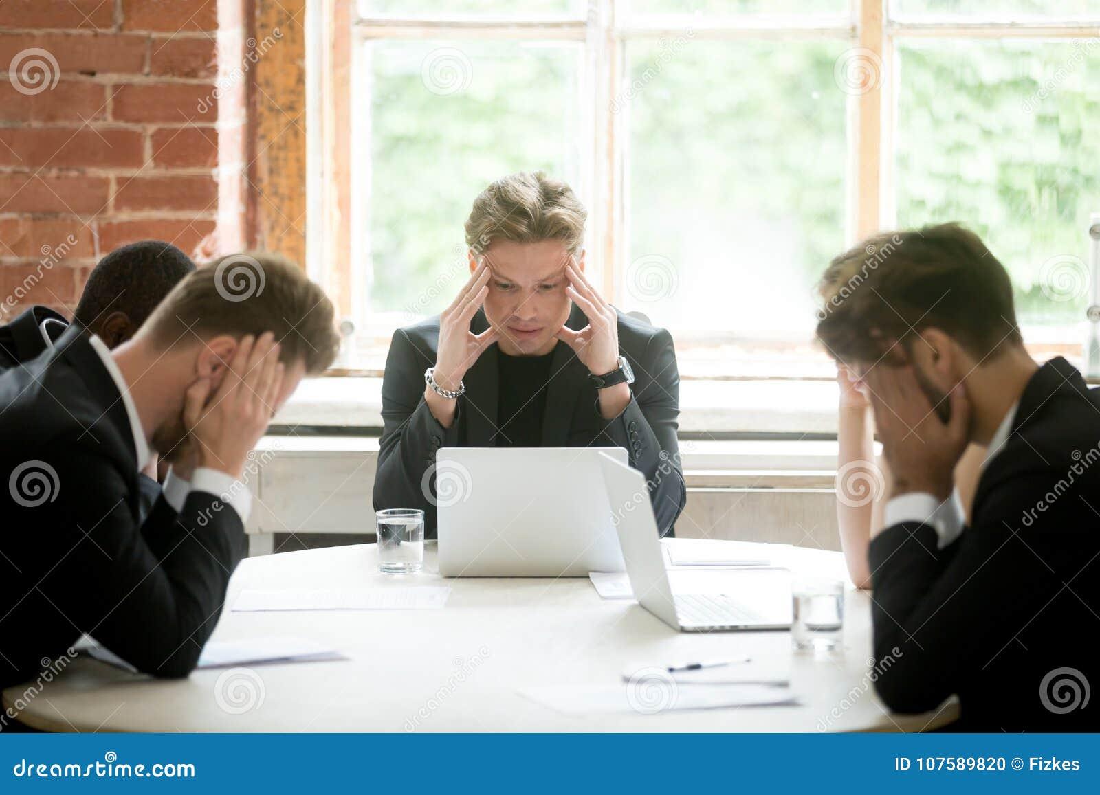 Équipe exécutive soumise à une contrainte de patron recherchant la solution de problème commercial