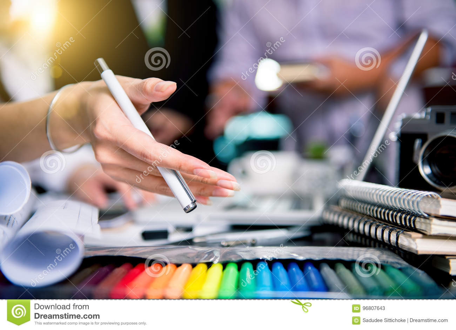 Équipe graphique de concepteur rencontrant le comprimé créatif De de travail de créativité