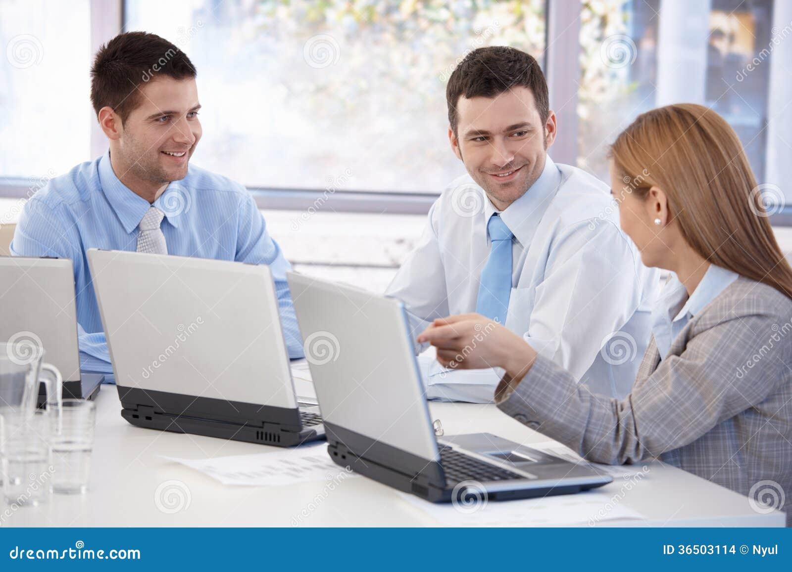 Équipe heureuse d hommes d affaires travaillant ensemble