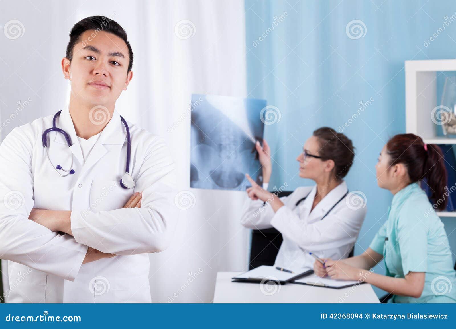Équipe médicale de diversité ethnique