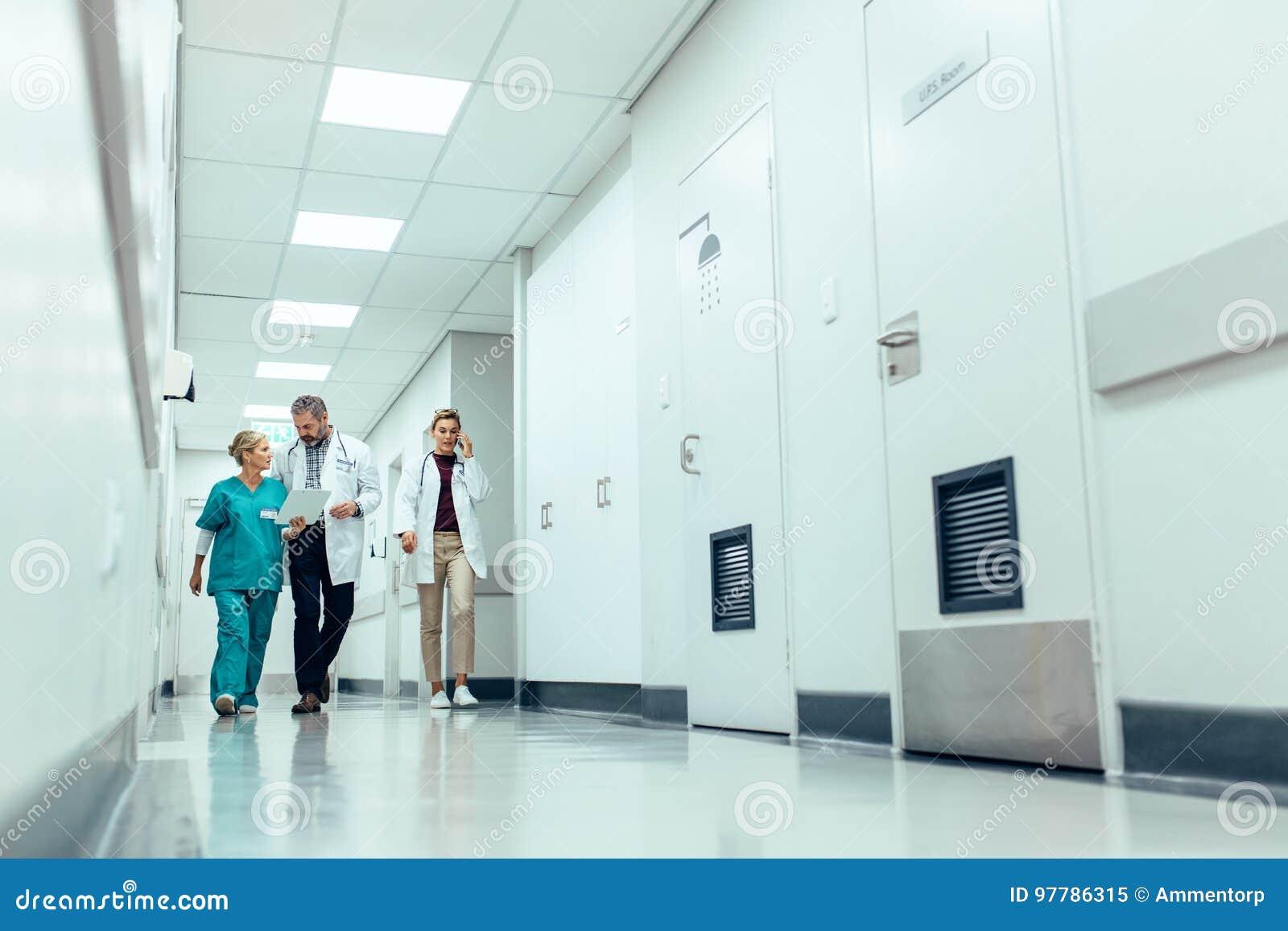 Équipe médicale descendant le couloir à l hôpital
