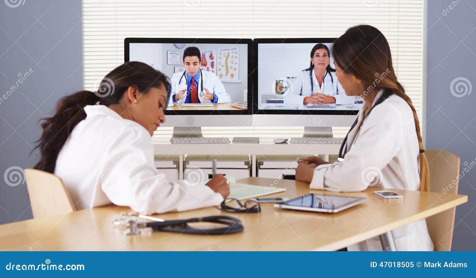 Équipe professionnelle de médecins multi-ethniques ayant une vidéoconférence