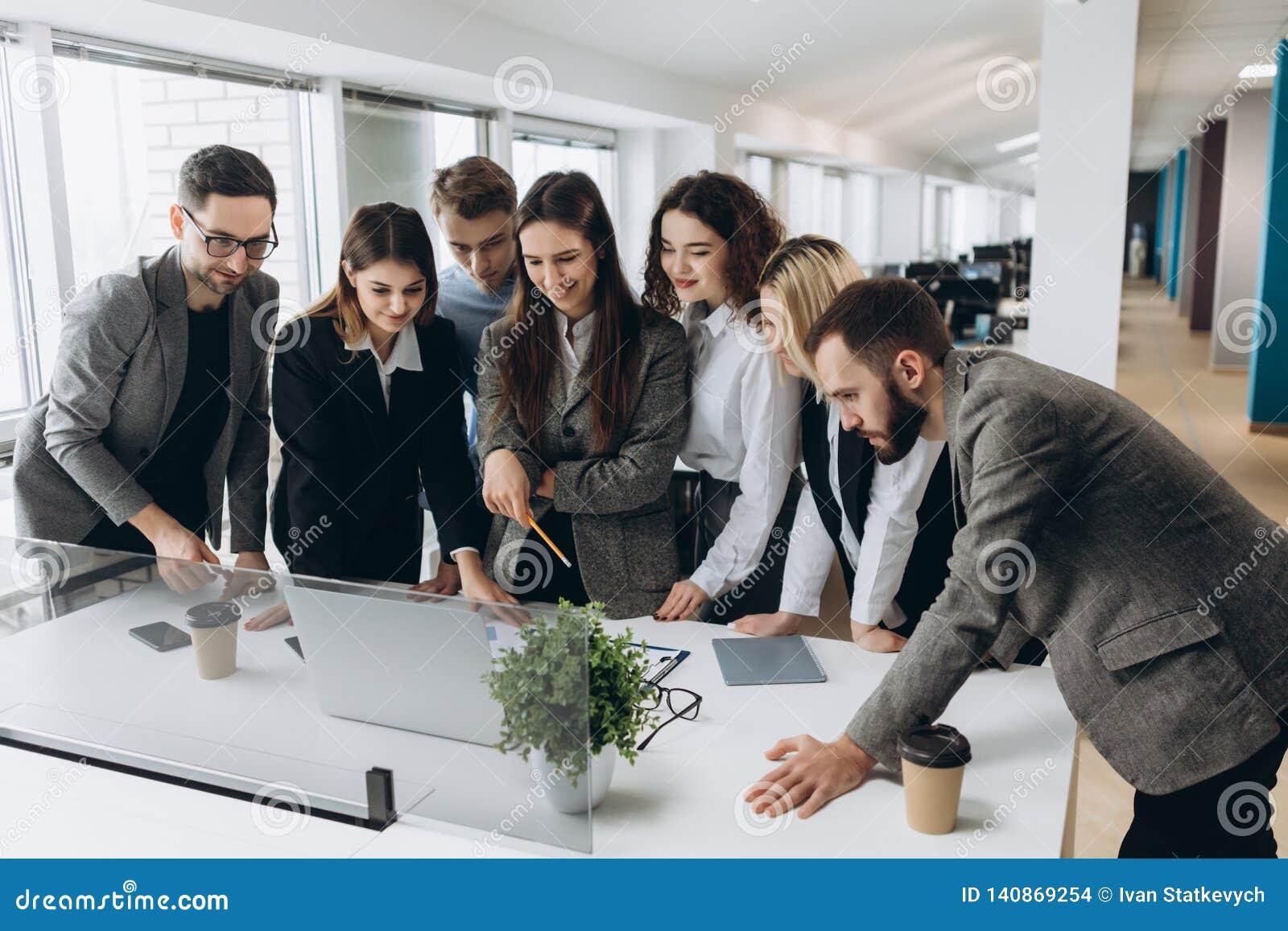 Équipe réussie Groupe de gens d affaires travaillant et communiquant ensemble dans le bureau créatif