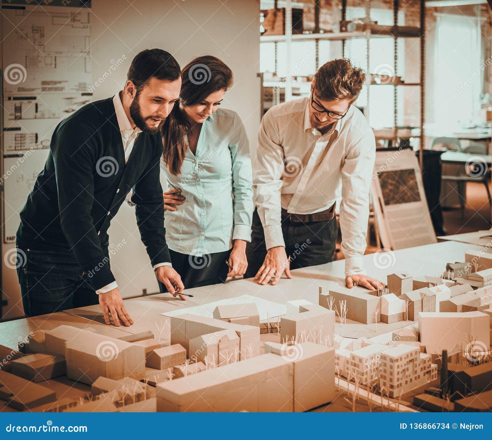 Équipe sûre d ingénieurs travaillant ensemble dans un studio d architecte