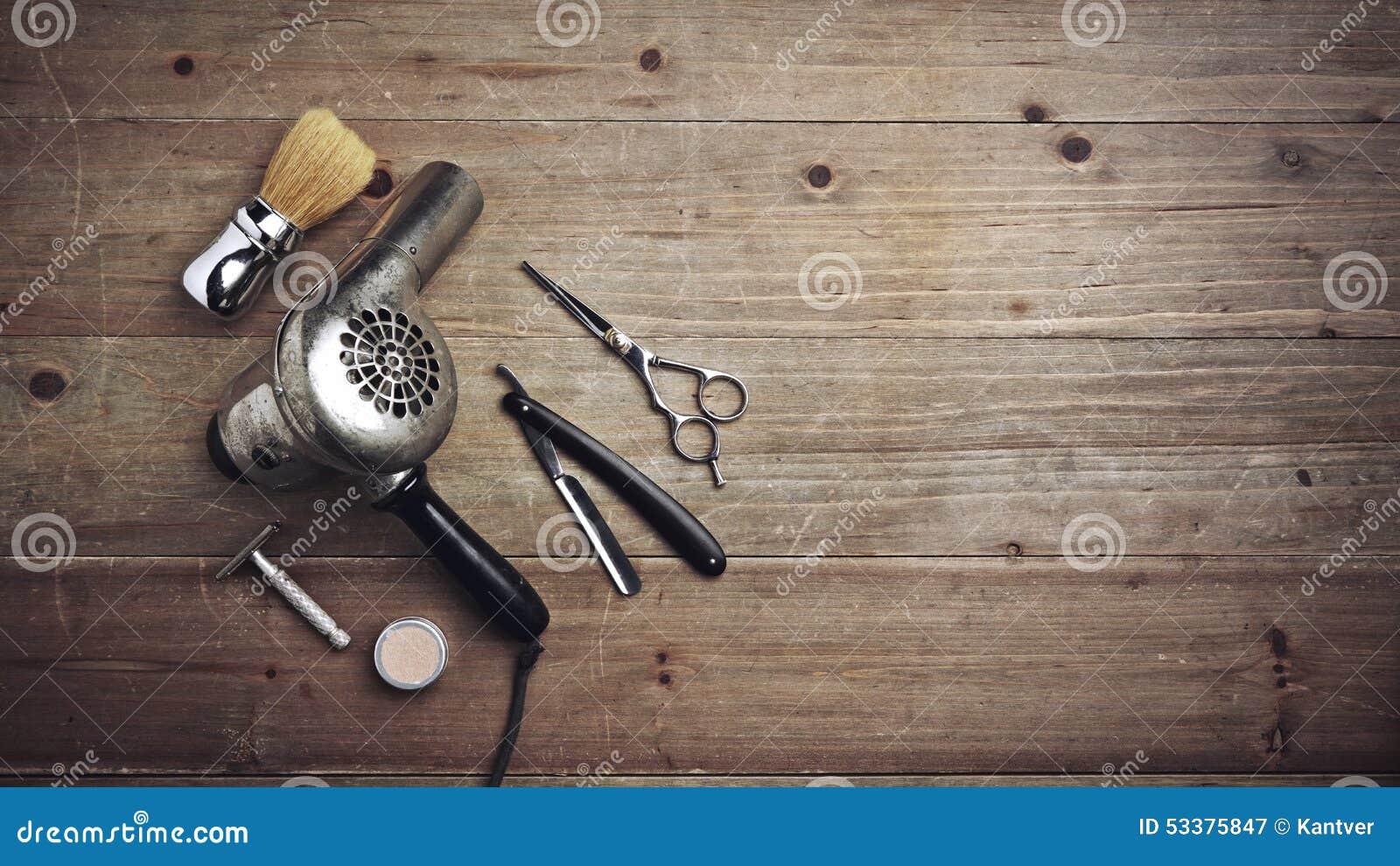 Équipement de coiffeur de vintage sur le bureau en bois avec l