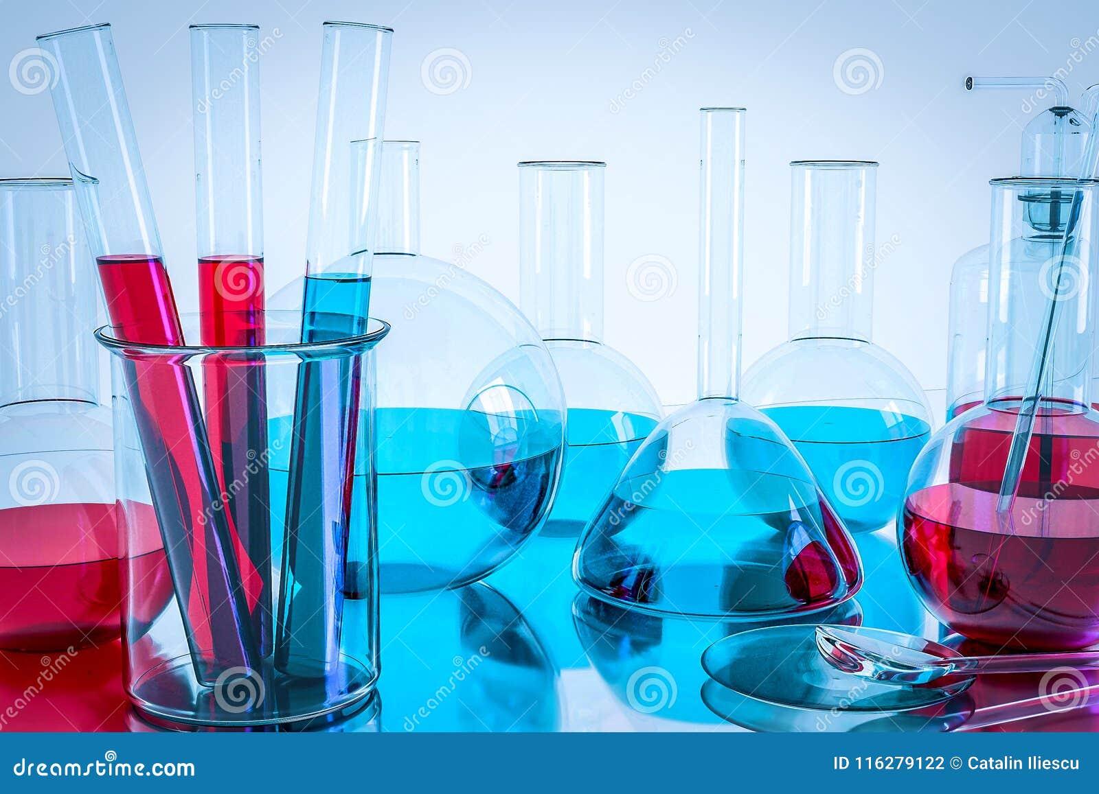 Équipement de laboratoire et expériences de la science, verrerie de laboratoire contenant du liquide chimique, recherche de la sc