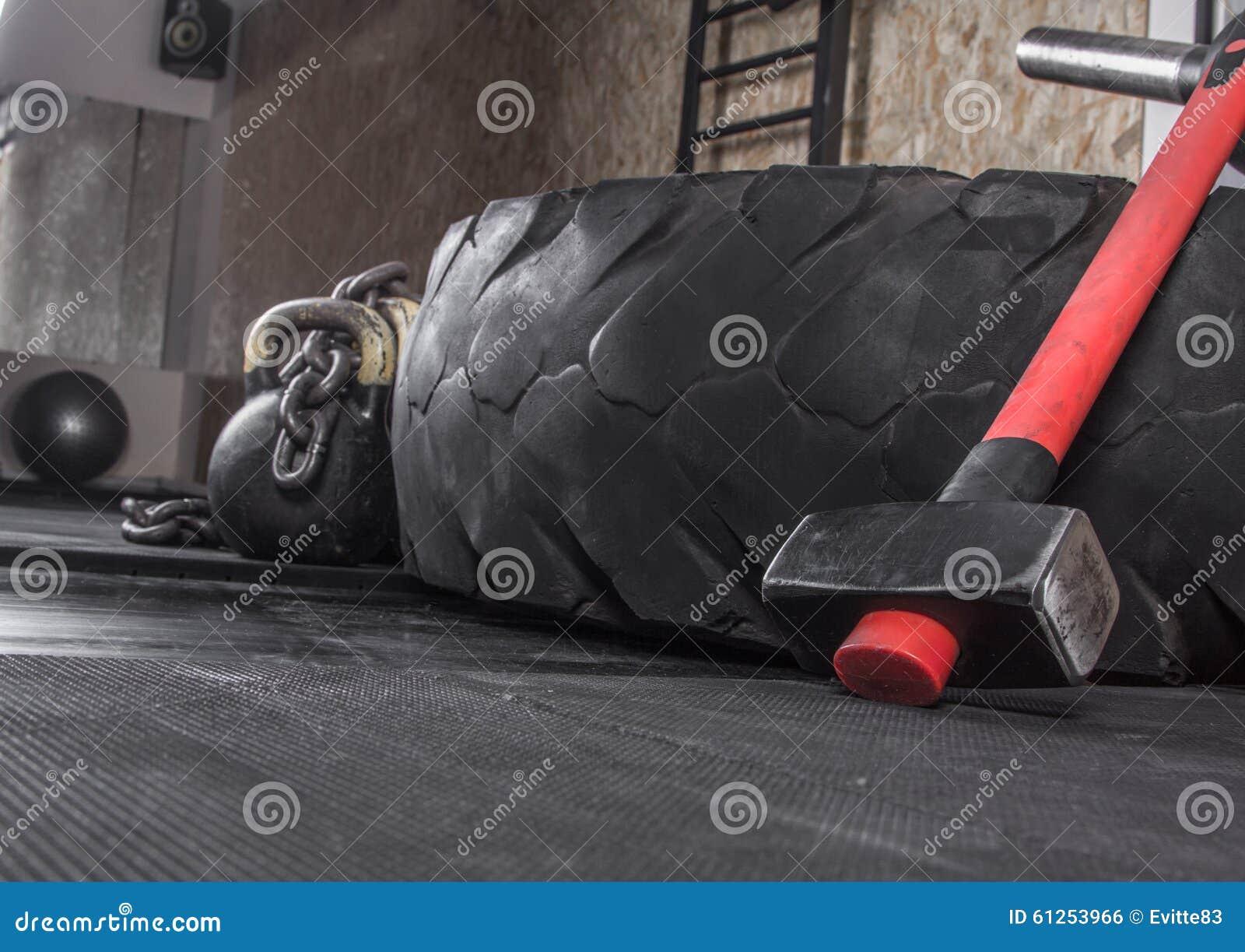Équipement différent de crossfit utilisé pour la formation de crossfit au centre de fitness