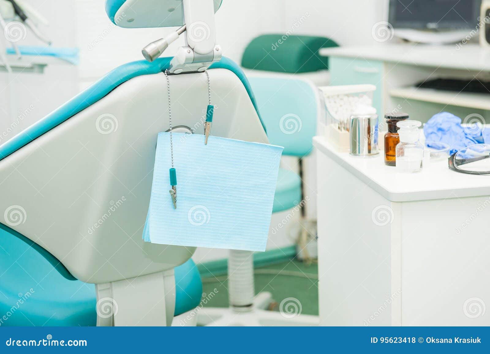 Équipement et instruments dentaires dans le bureau du ` s de