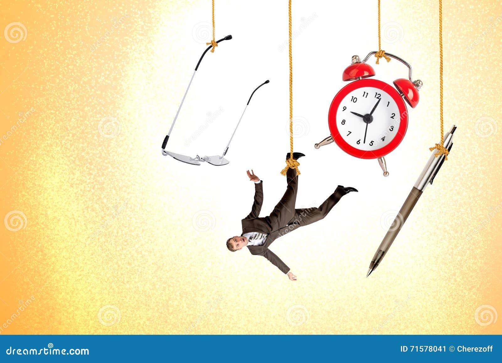 Équipez accrocher sur la corde avec l horloge, le stylo et les verres