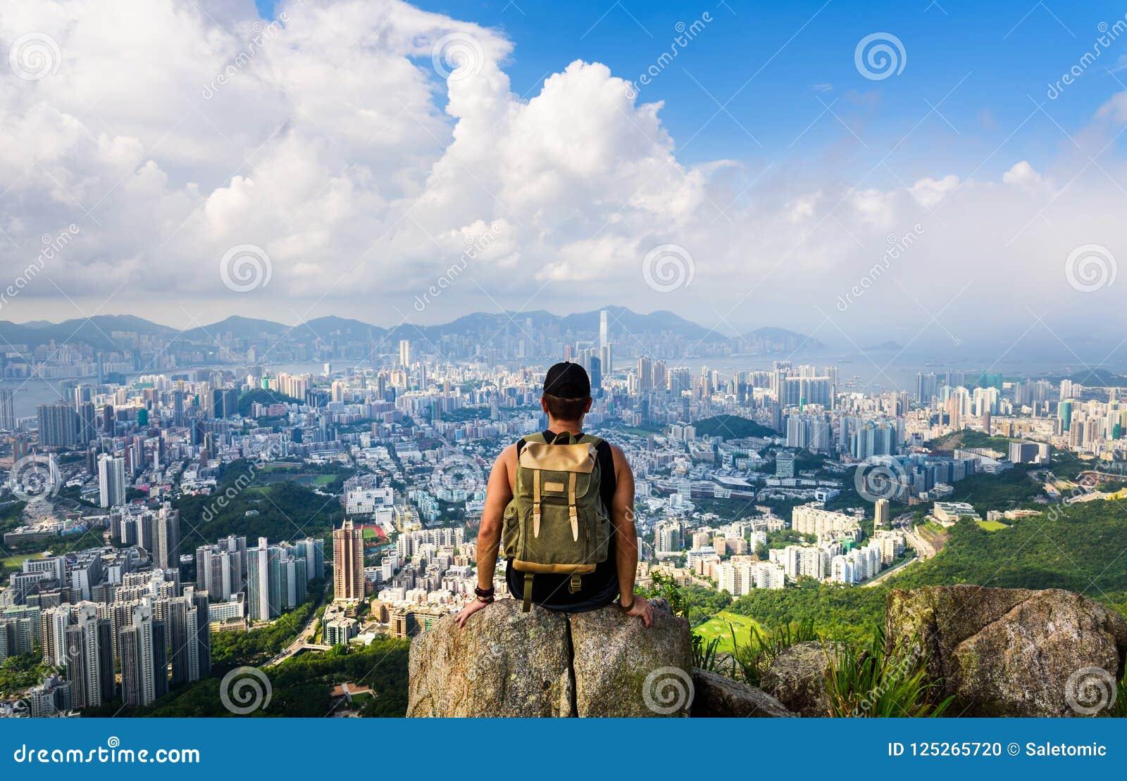 Équipez apprécier la vue de Hong Kong de la roche de lion