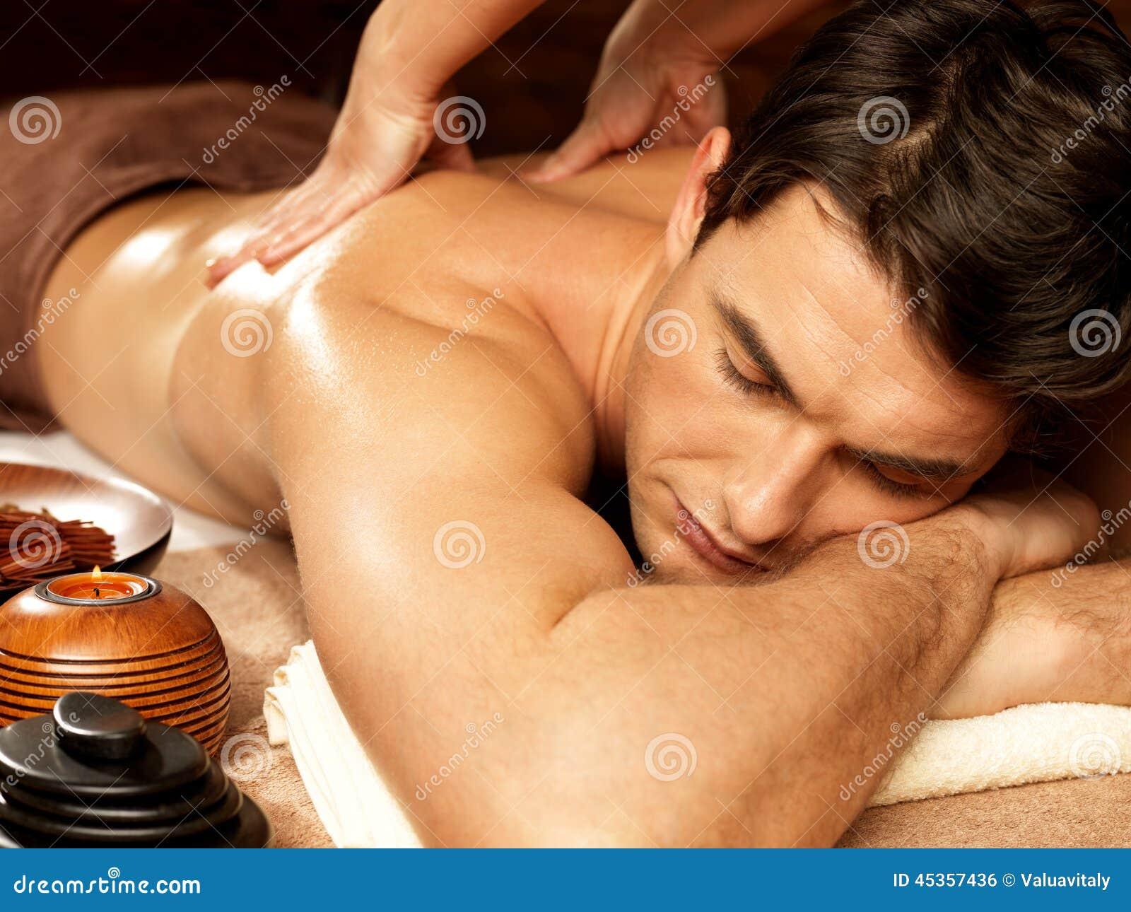 Équipez avoir le massage arrière dans le salon de station thermale