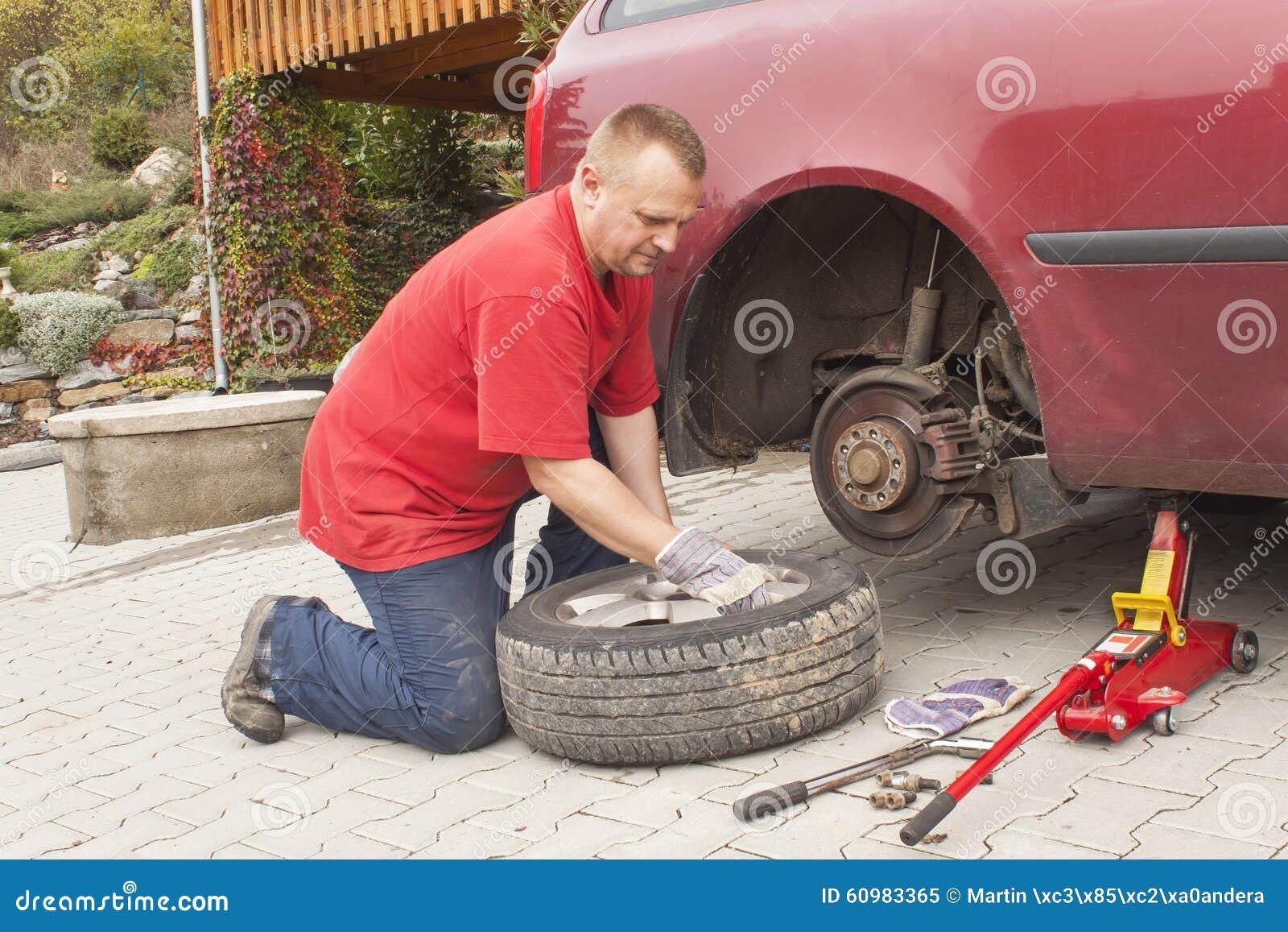 changer pneu voiture comment changer une roue de voiture le blog de mister auto changer une. Black Bedroom Furniture Sets. Home Design Ideas