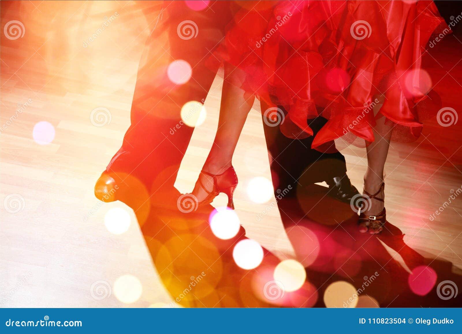 Équipez et un Salsa de danse de femme sur le fond
