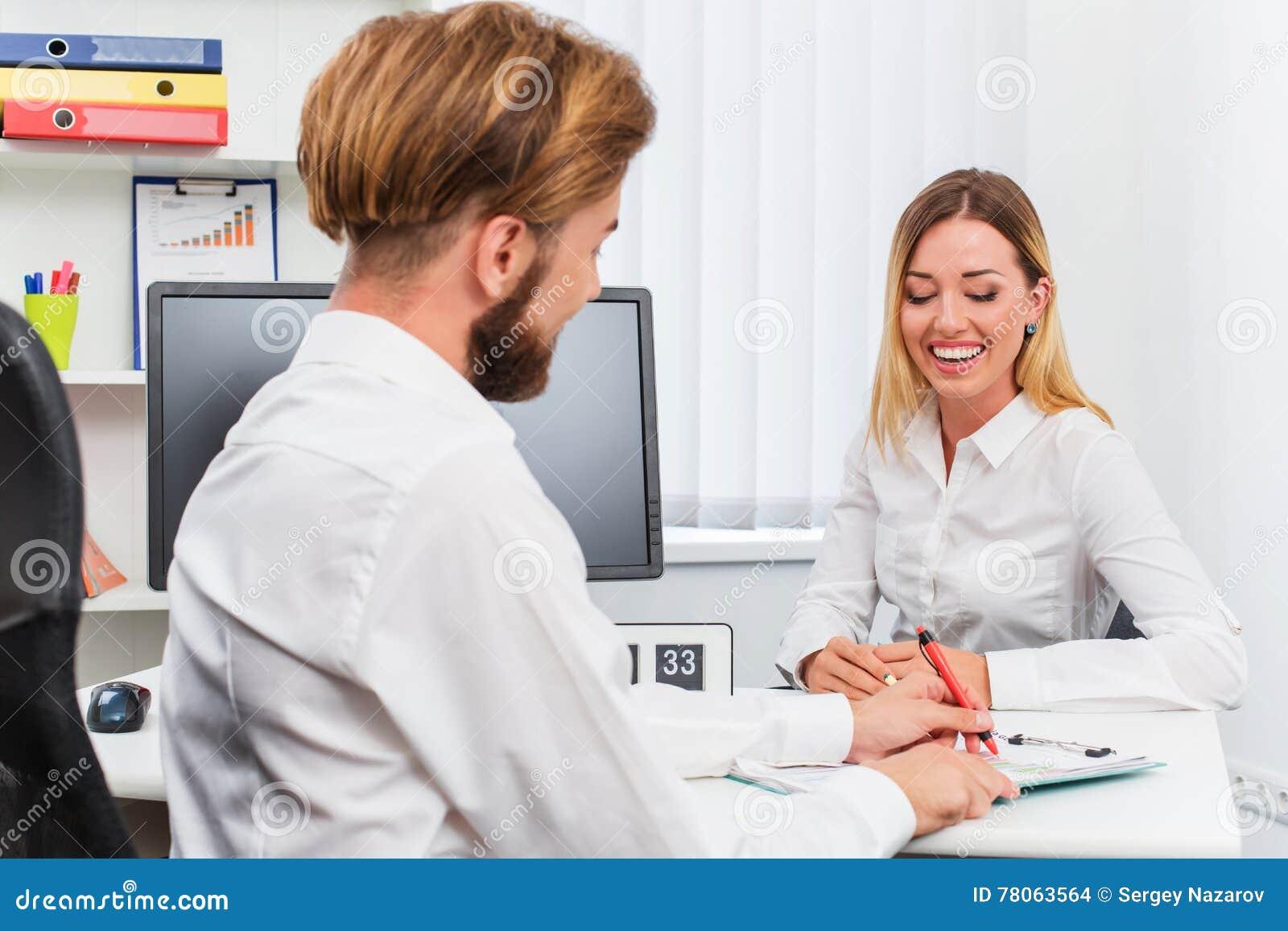 Équipez et une femme étant interviewée dans le bureau