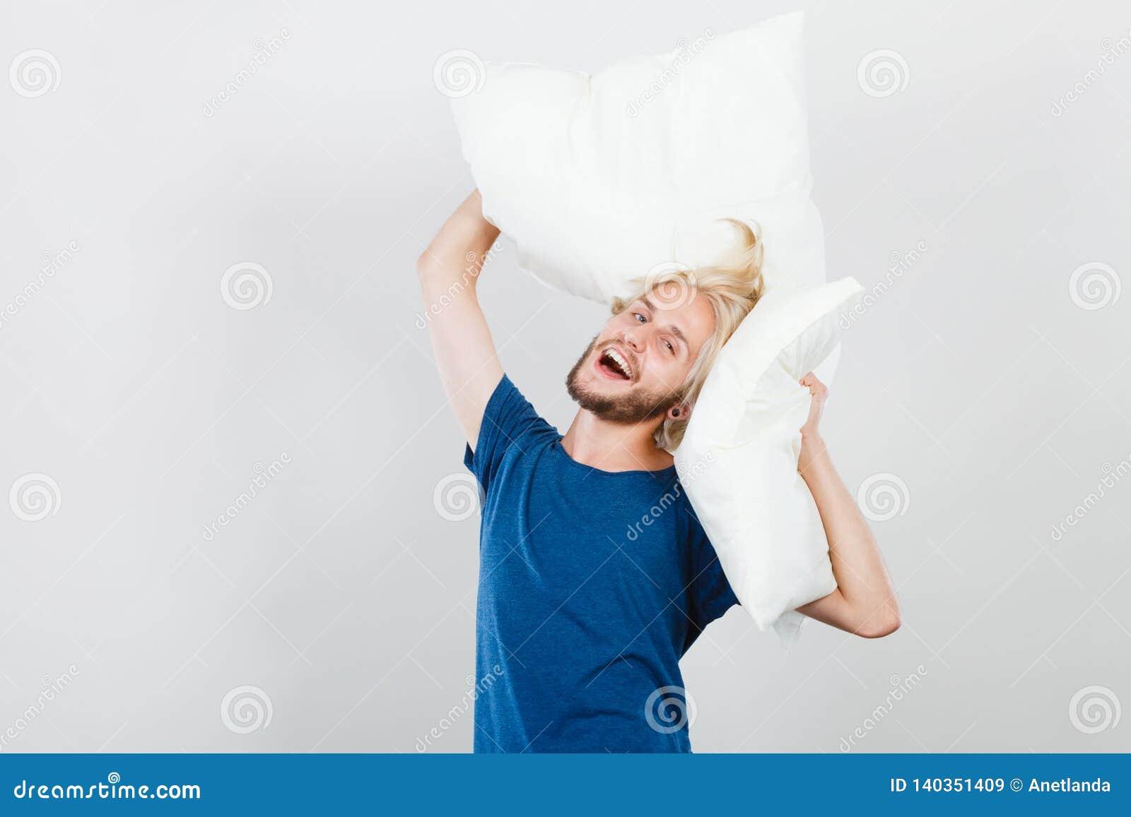 Équipez jouer avec des oreillers, bon concept de sommeil