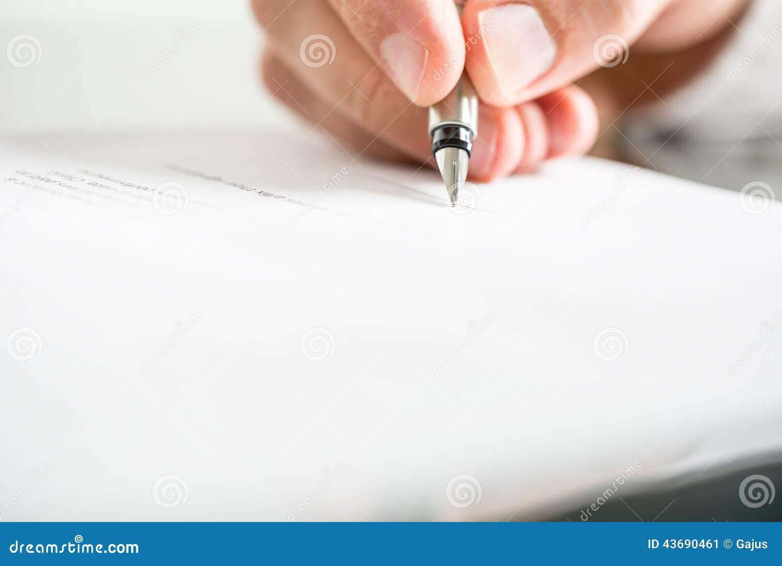 Équipez l écriture sur un document avec un stylo-plume