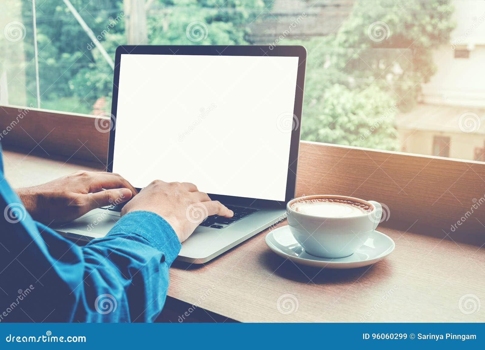 Équipez l ordinateur portable fonctionnant avec la mise en réseau se reliante Conce d écran vide