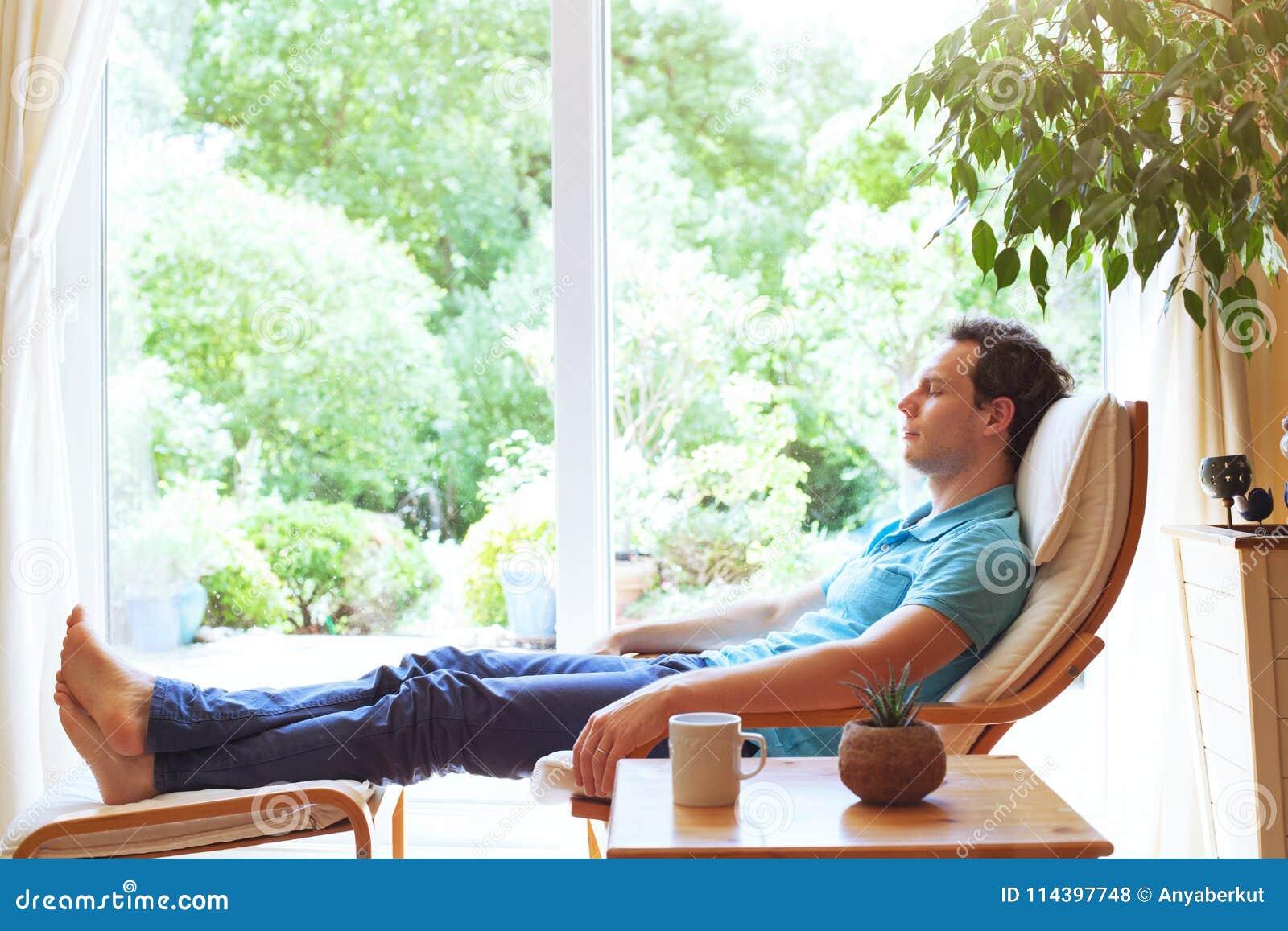 Équipez la détente dans la chaise de plate-forme à la maison, relaxation