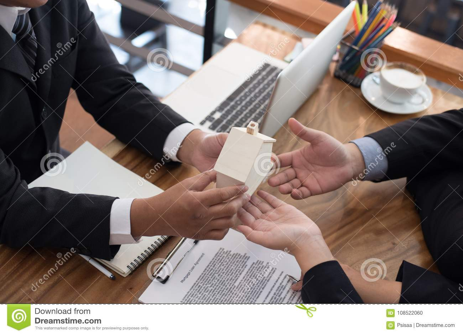équipez la demande concernant le prêt hypothécaire avec l employé de banque signin de client