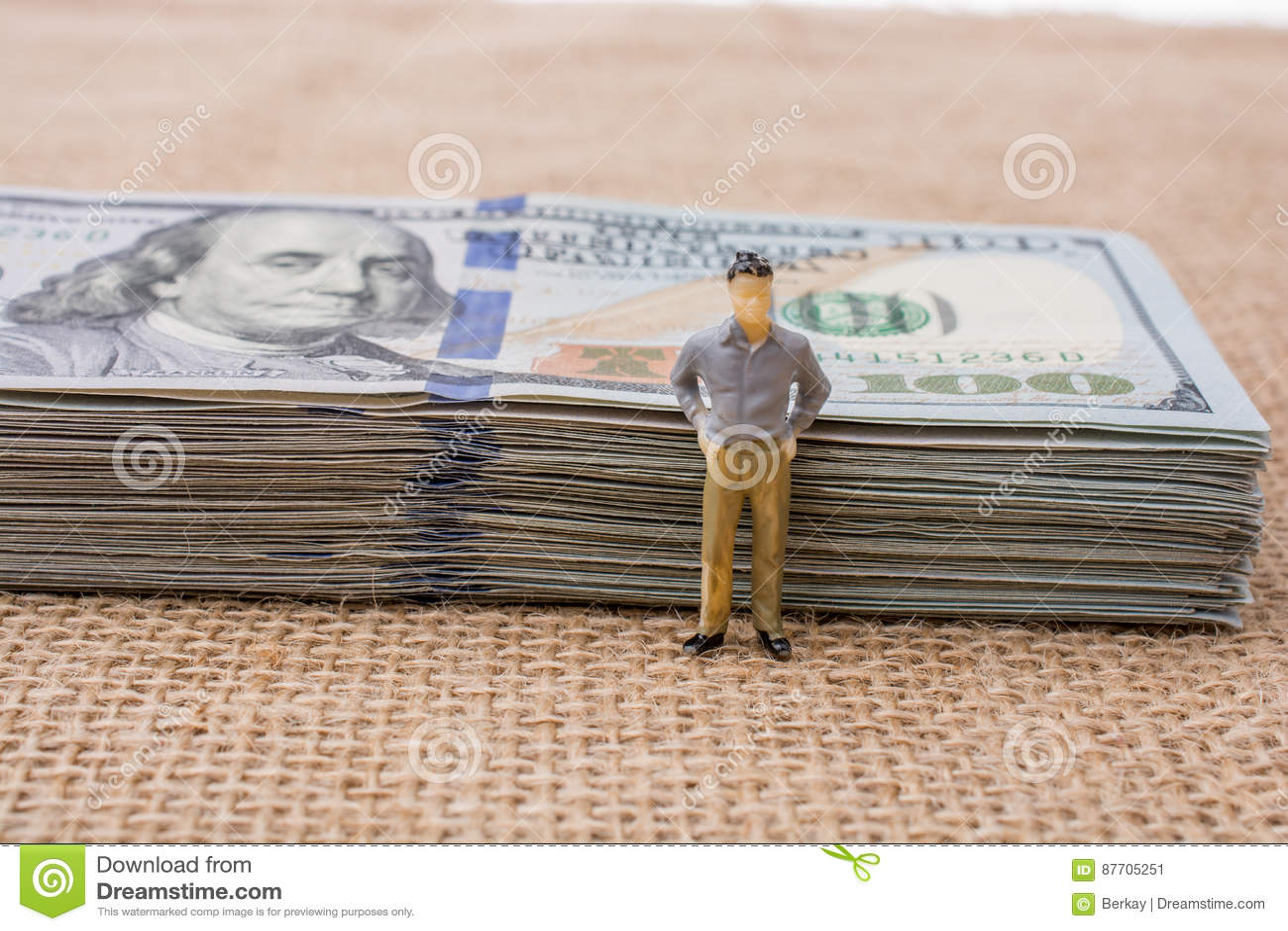 Équipez la figurine près du paquet du billet de banque de dollar US