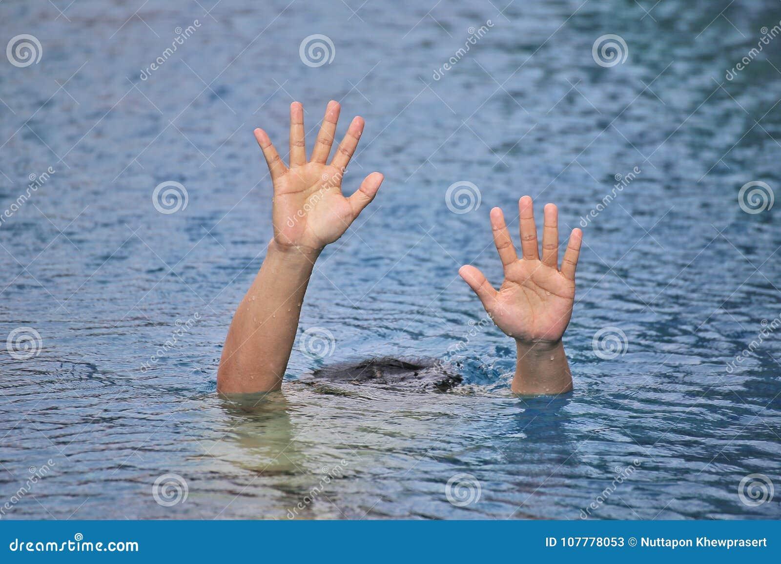Équipez la noyade dans la piscine de porte tout en seul nageant, en soulevant deux mains et en demandant l aide SOS