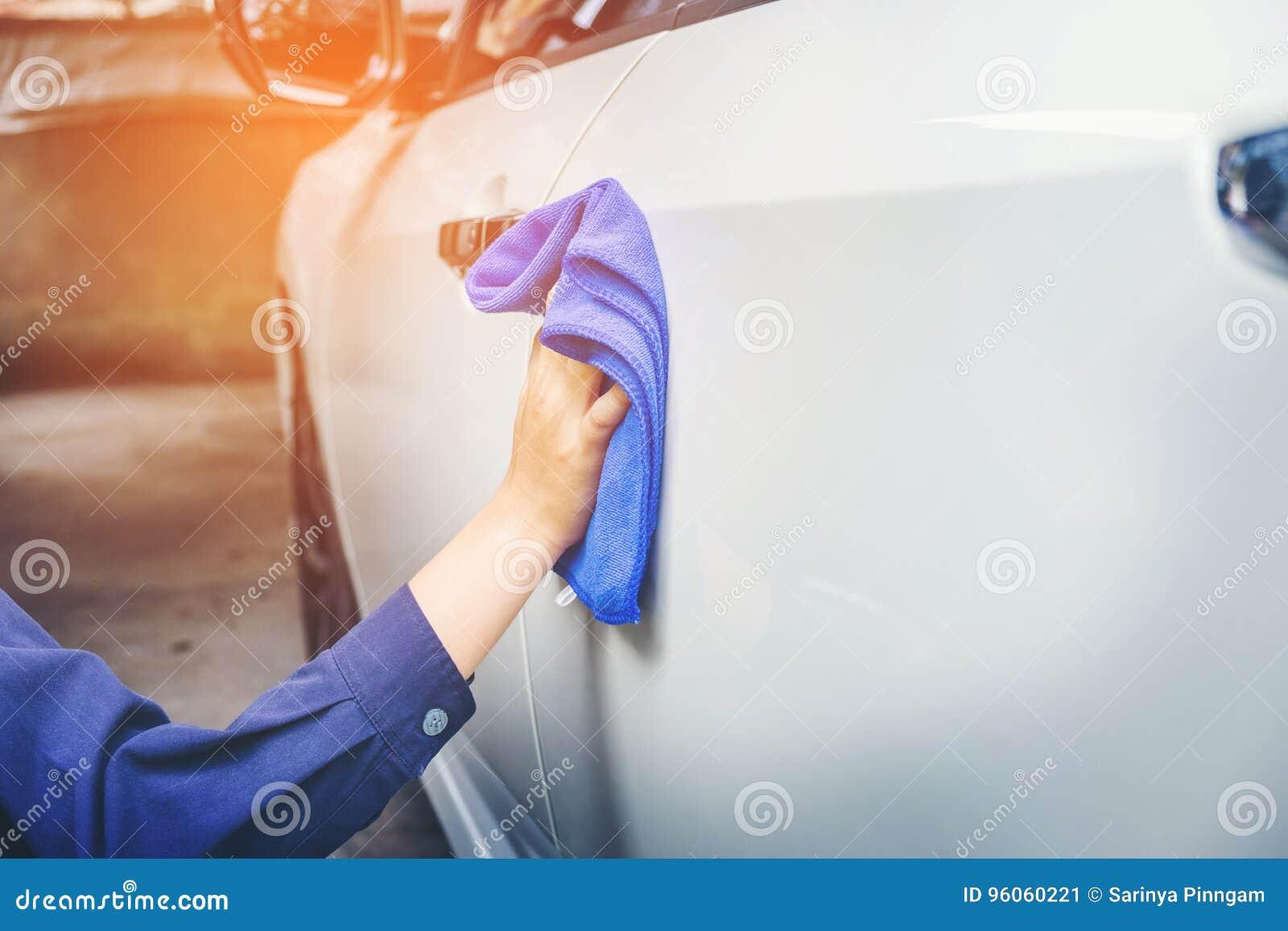 Équipez la voiture de nettoyage avec la voiture de blanc de tissu de microfiber