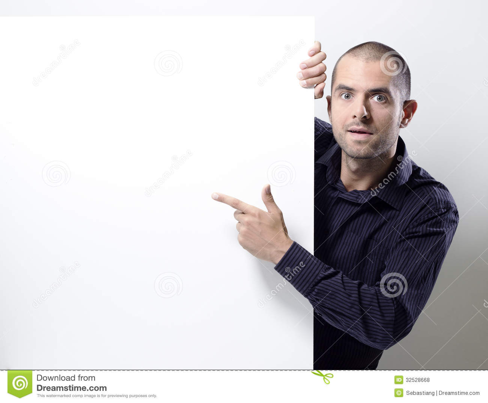 Équipez le pointage à un panneau d affichage vide sur le blanc