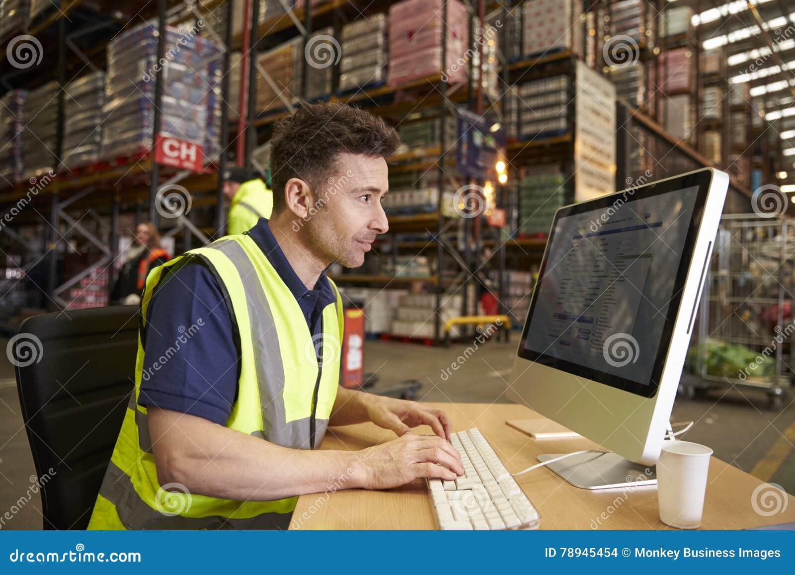 Équipez le travail dans le bureau sur place à un entrepôt de distribution