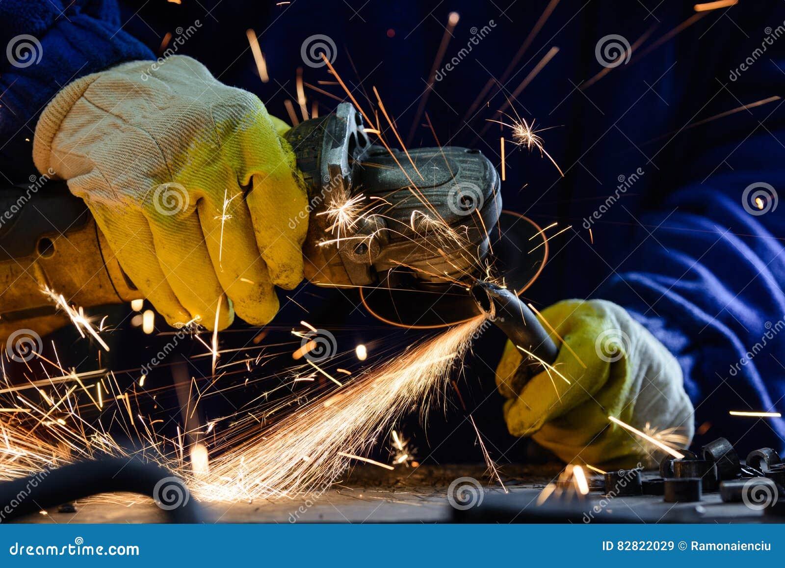 Équipez le tuyau d acier de coupe avec une broyeur d angle en produisant les étincelles chaudes