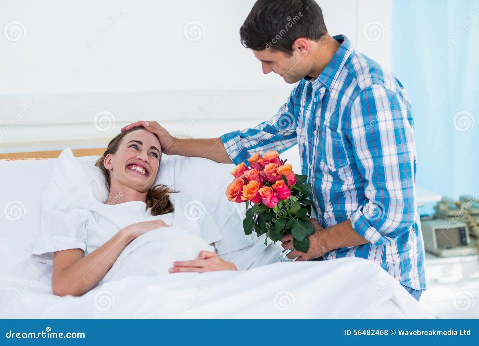 Équipez les fleurs de offre à la femme enceinte dans l hôpital