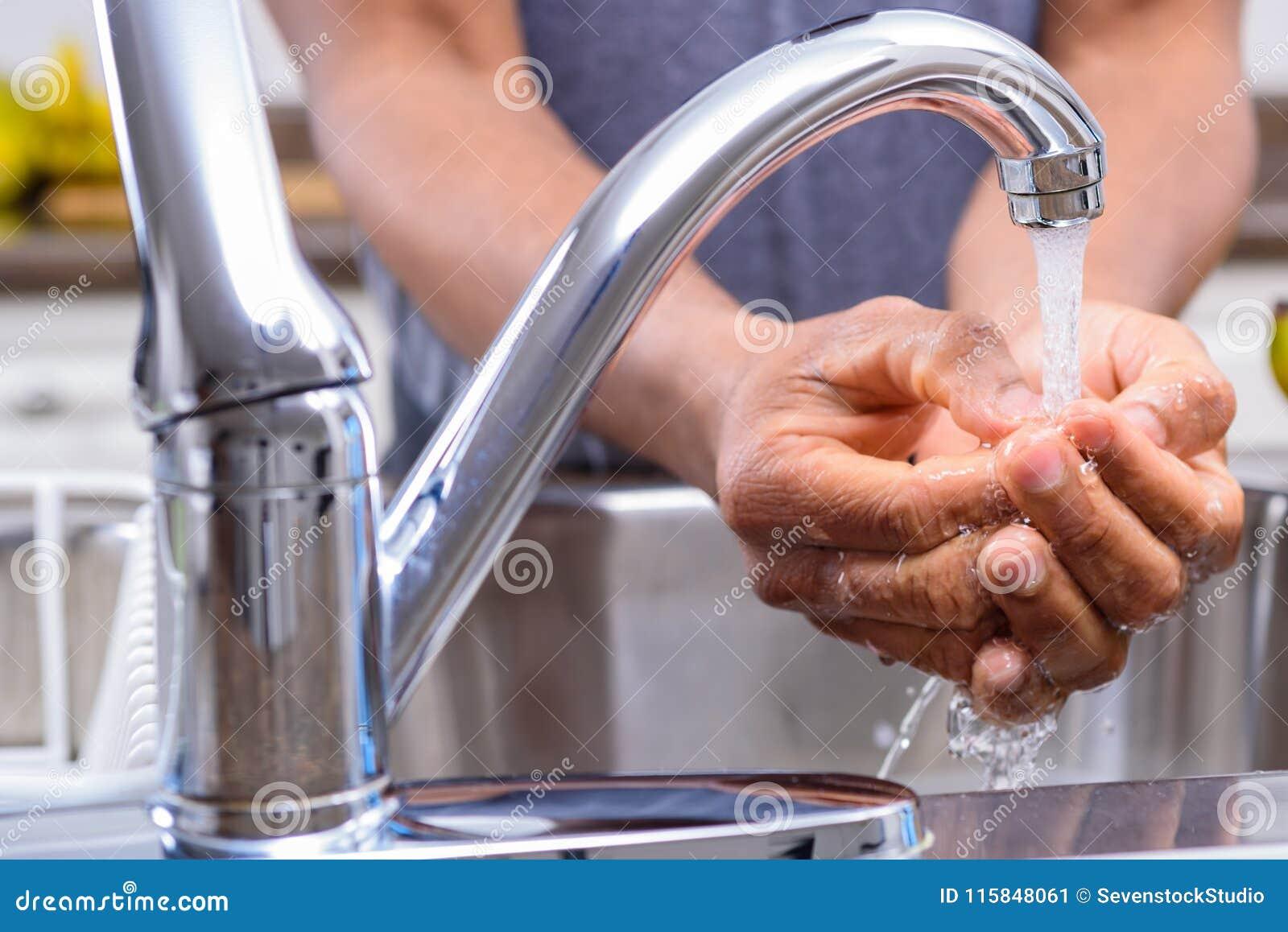 Équipez les mains de lavage à l évier de cuisine avant préparation de repas