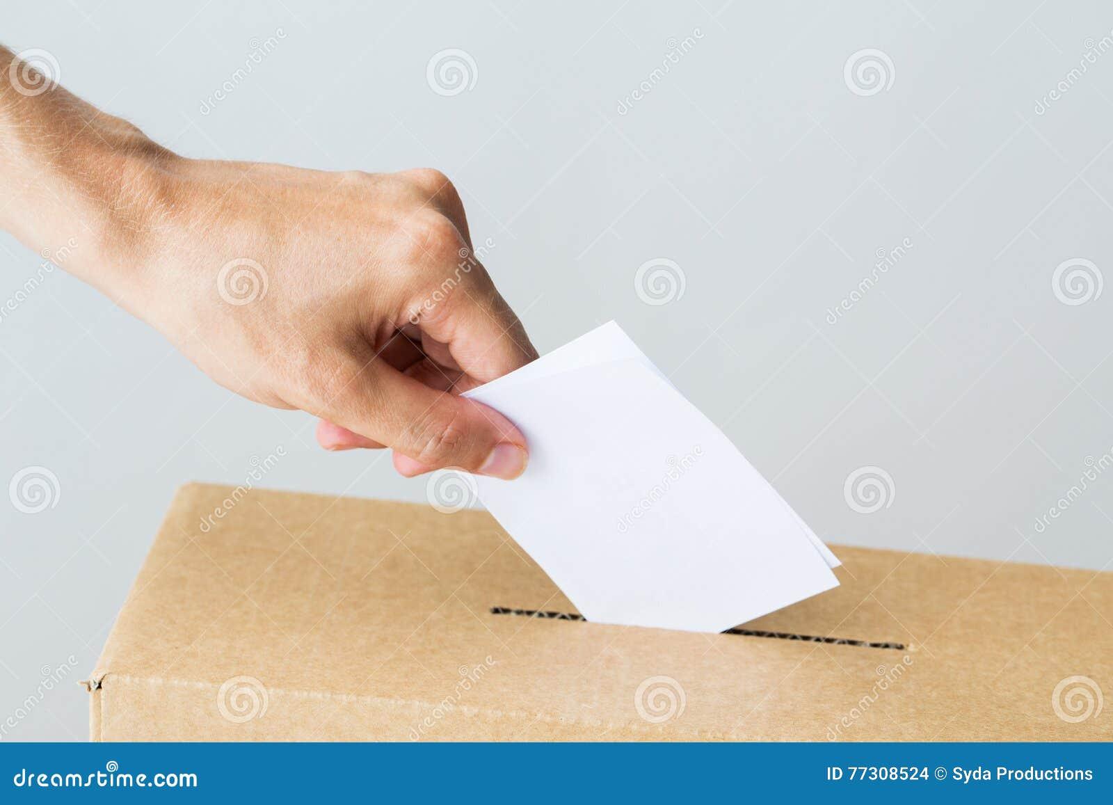 Équipez mettre son vote dans l urne sur l élection