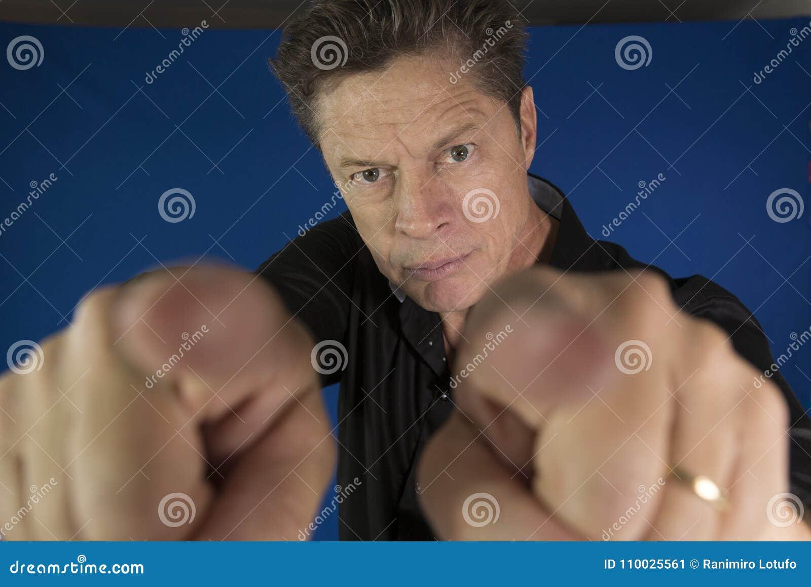 Équipez regarder directement vous avec ses poings à combattre