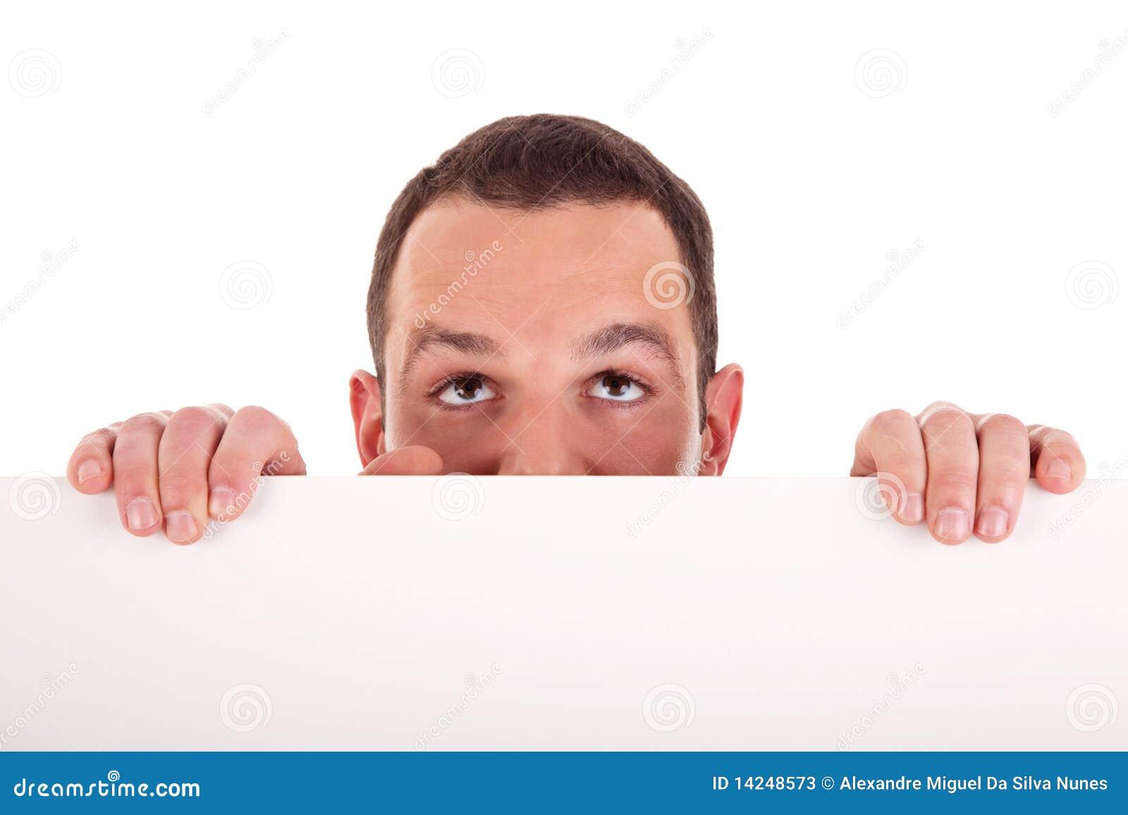 Équipez retenir un panneau blanc, recherchant