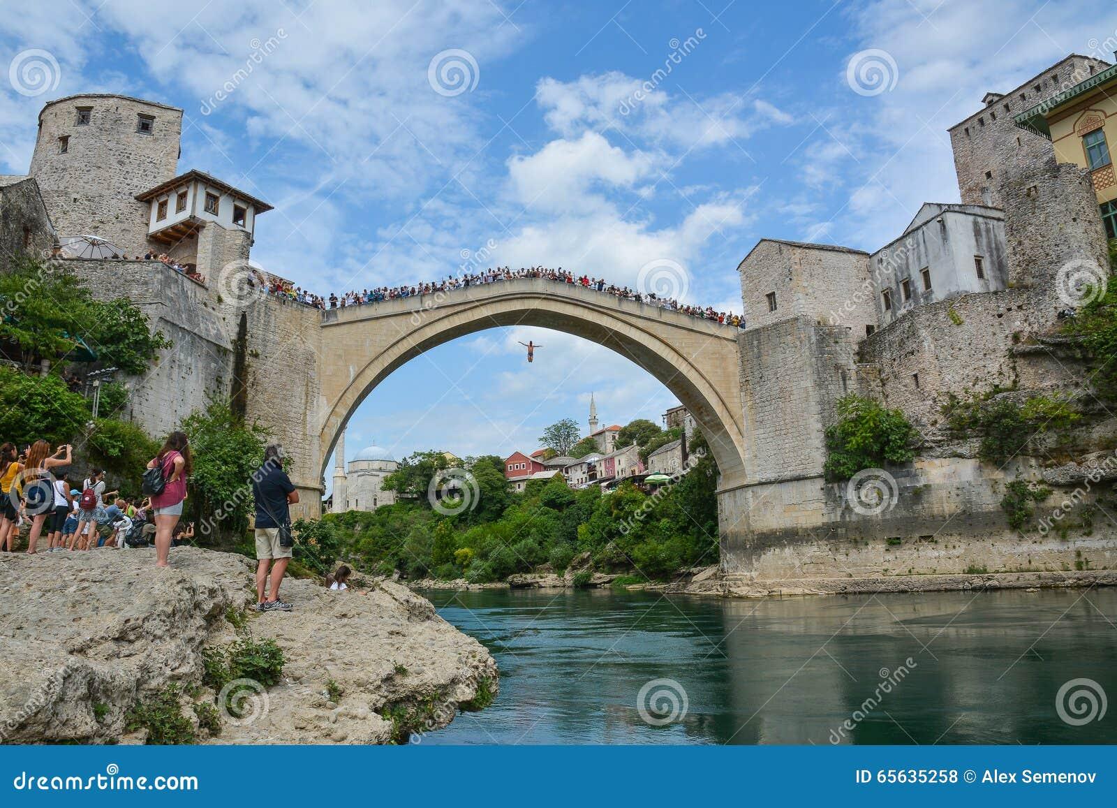 Équipez sauter d un pont antique très haut à Mostar