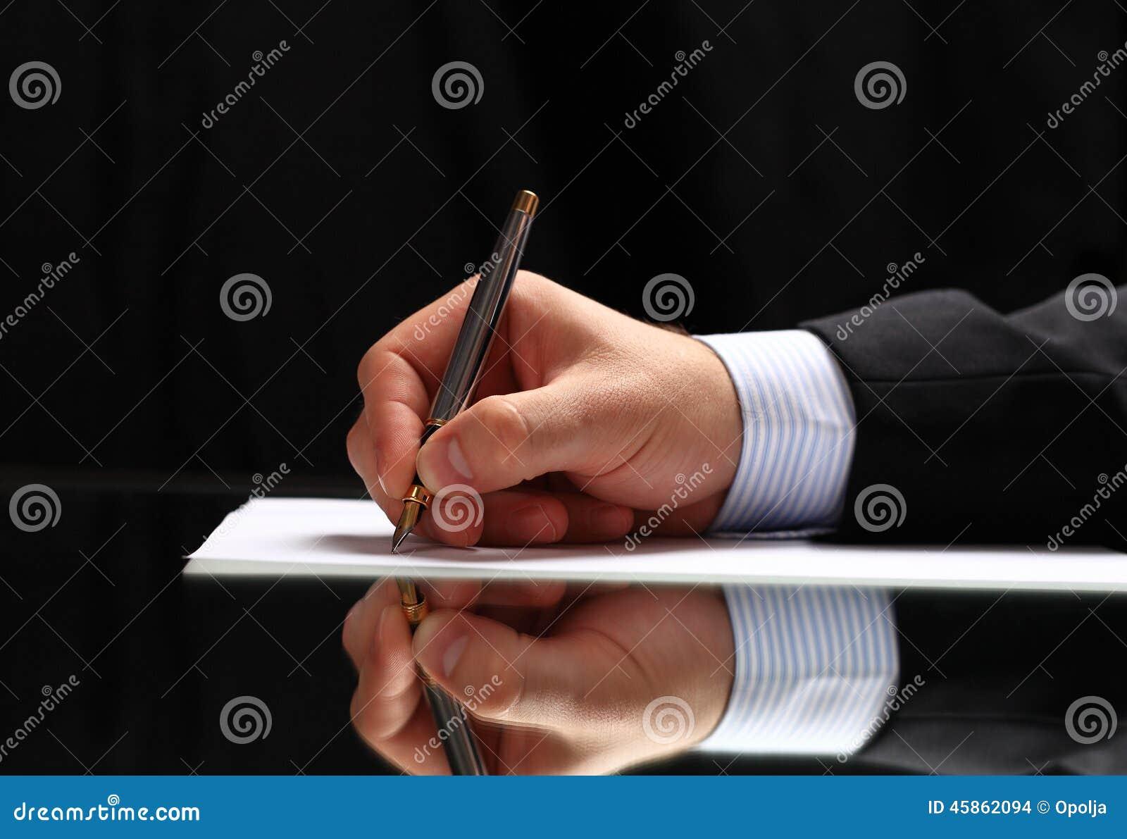 Équipez signer un document ou écrire la correspondance avec une fin vers le haut de vue de sa main