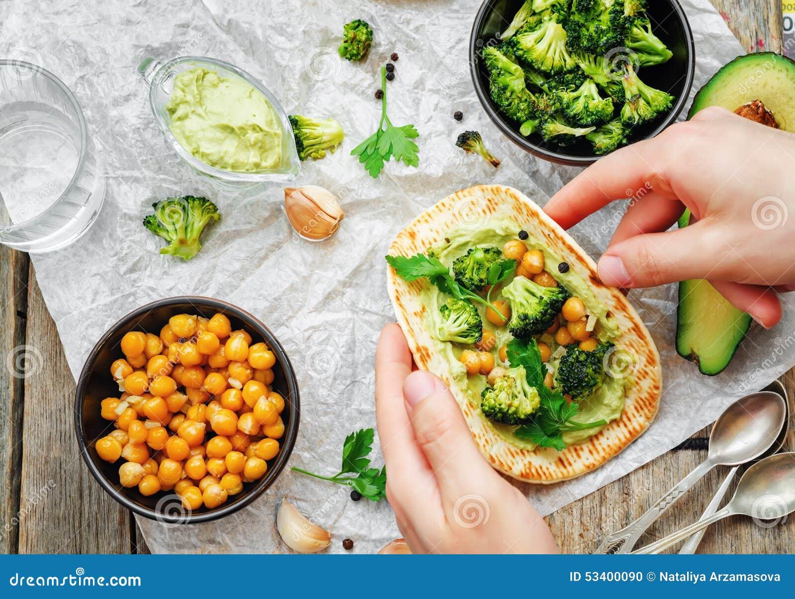 Équipez tenir la tortilla avec le brocoli et les pois chiches et l avo rôtis