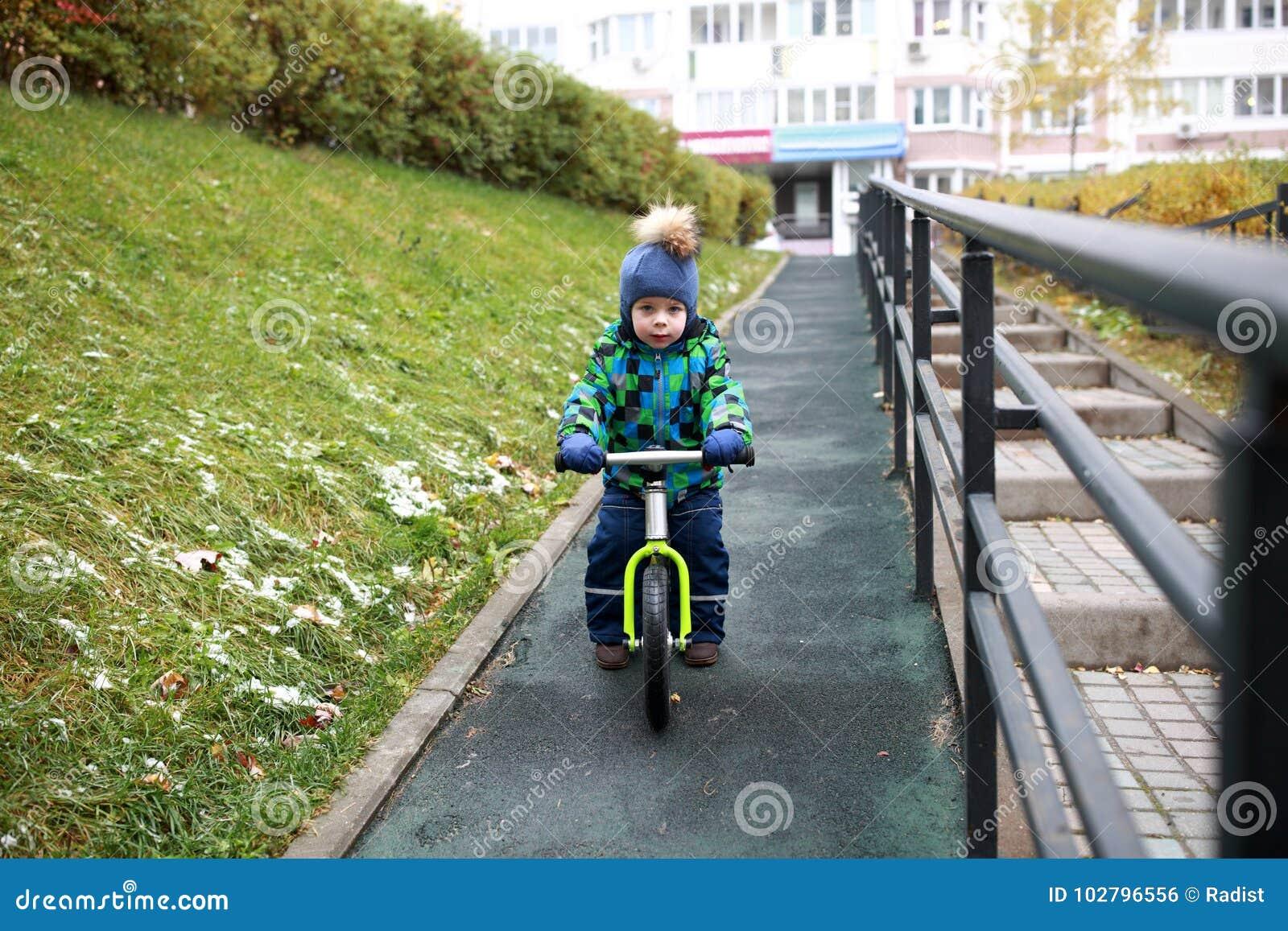 Équitation d enfant sur le vélo d équilibre