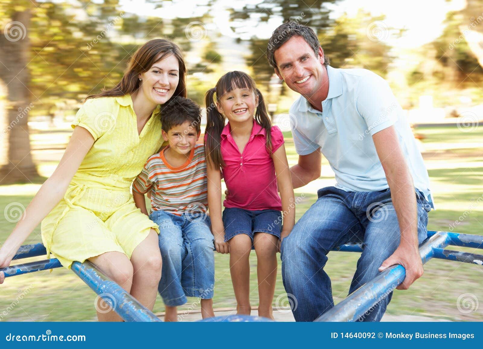 Équitation de famille sur le rond point en stationnement