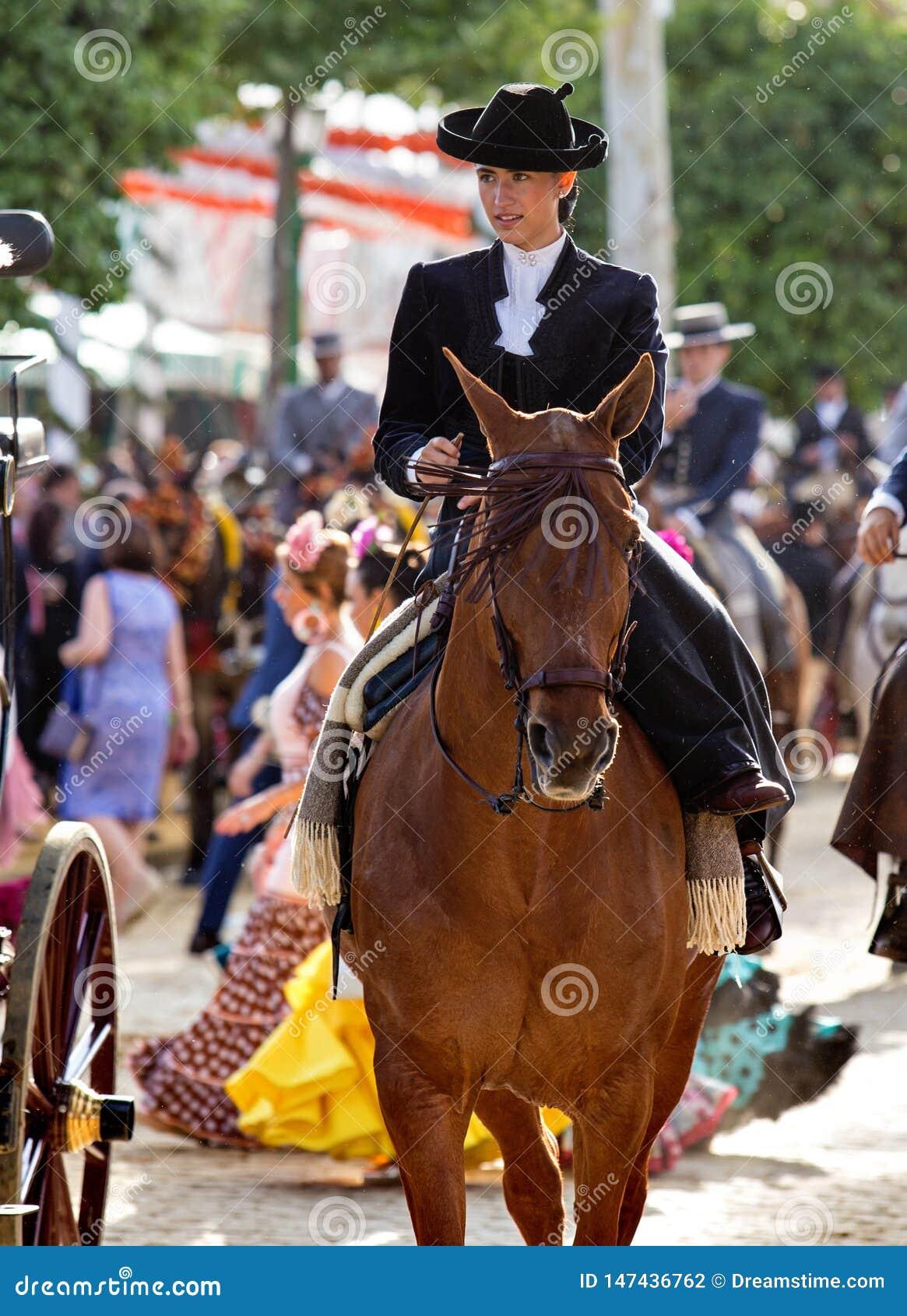 Équitation de femme sur April Fair de Séville