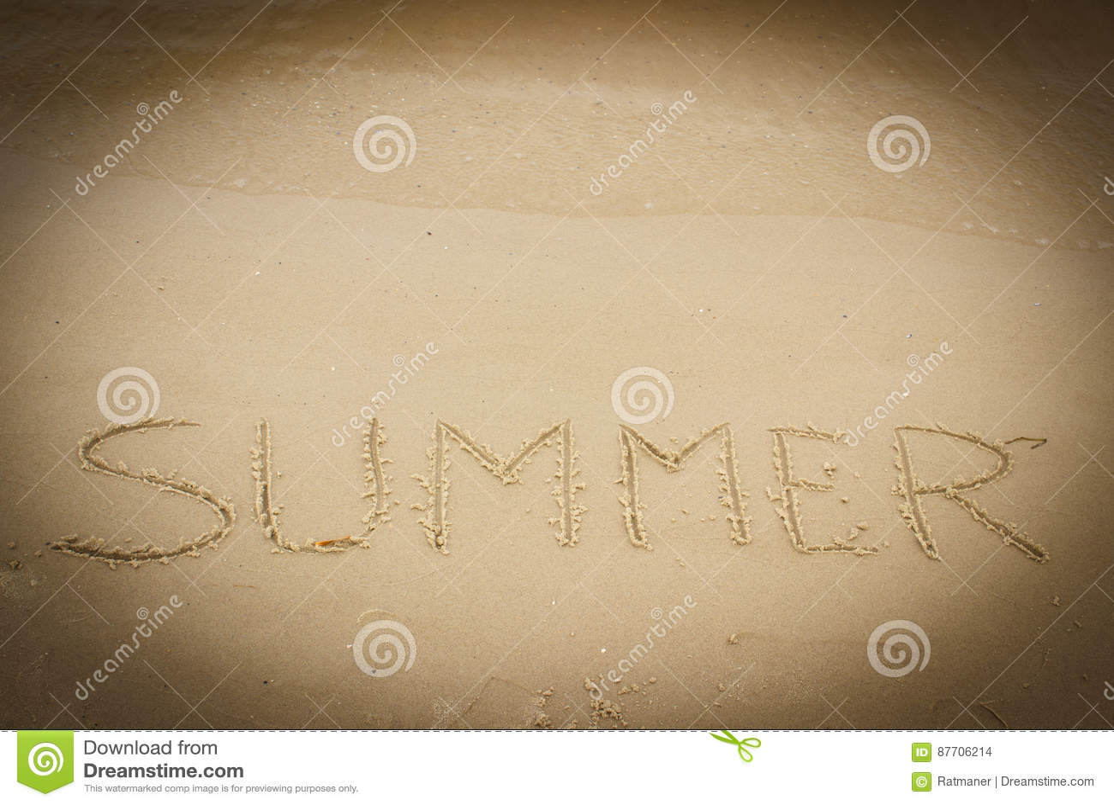 Été dessiné sur le sable à la plage par la mer