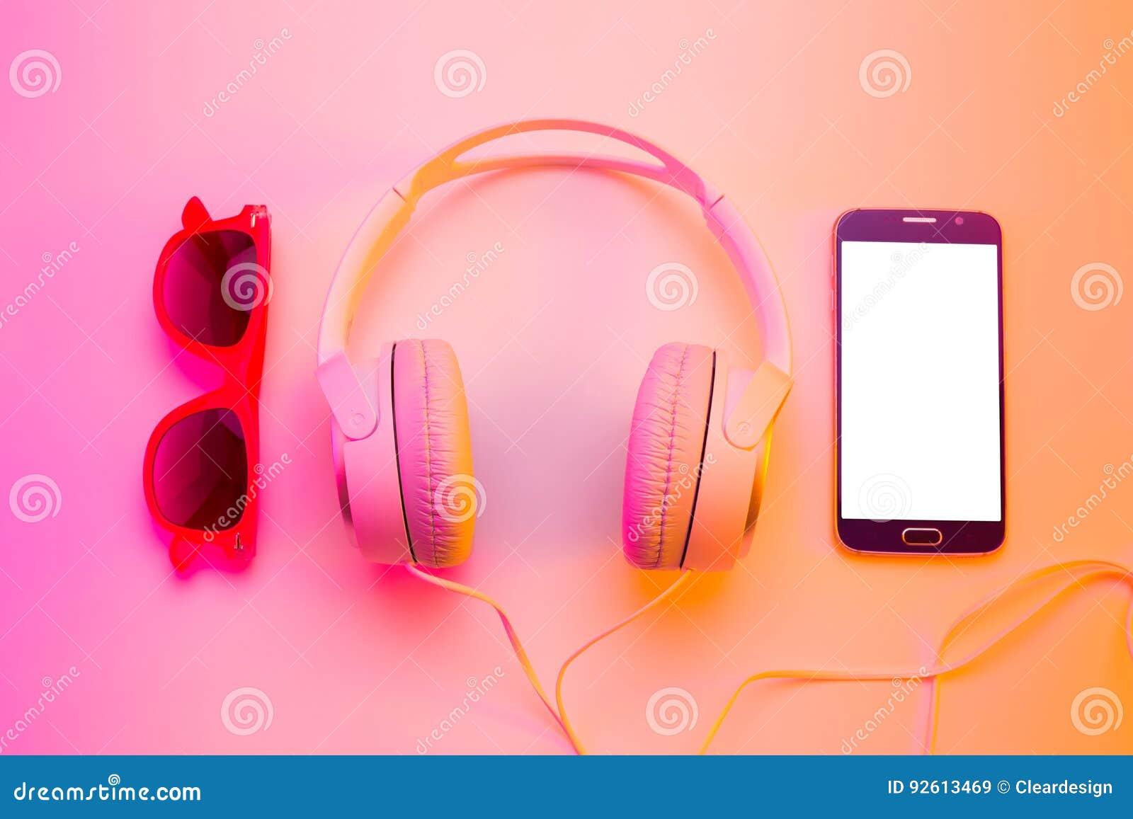 Été - smartphone, écouteurs et lunettes de soleil