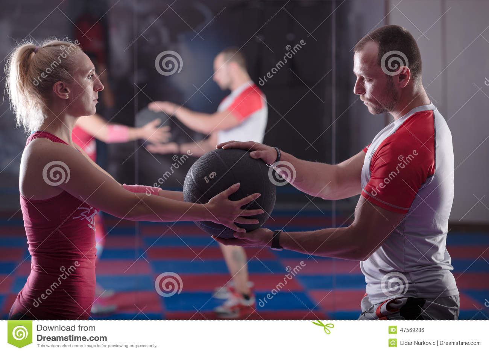 Établissant dans les paires, établissant dans le gymnase avec l entraîneur personnel Aidant avec desserrer le poids, s exerçant d