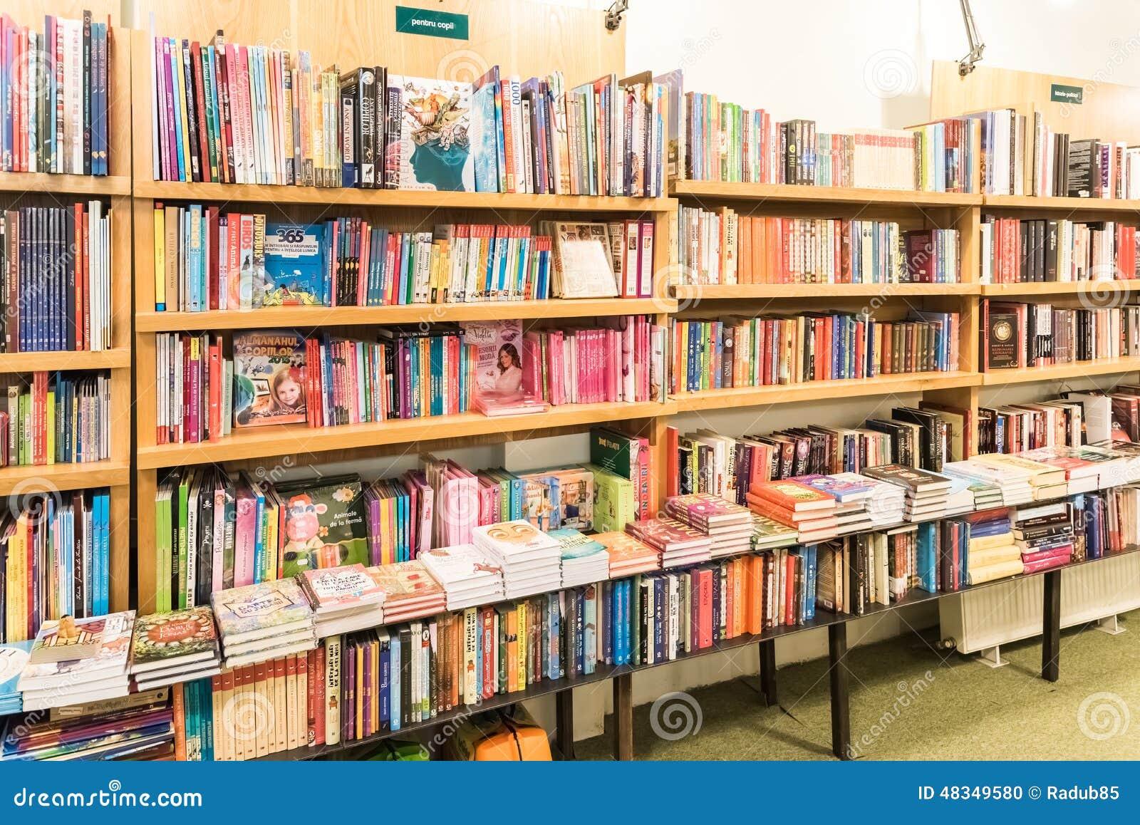 tag re avec des livres dans la biblioth que image ditorial image 48349580. Black Bedroom Furniture Sets. Home Design Ideas