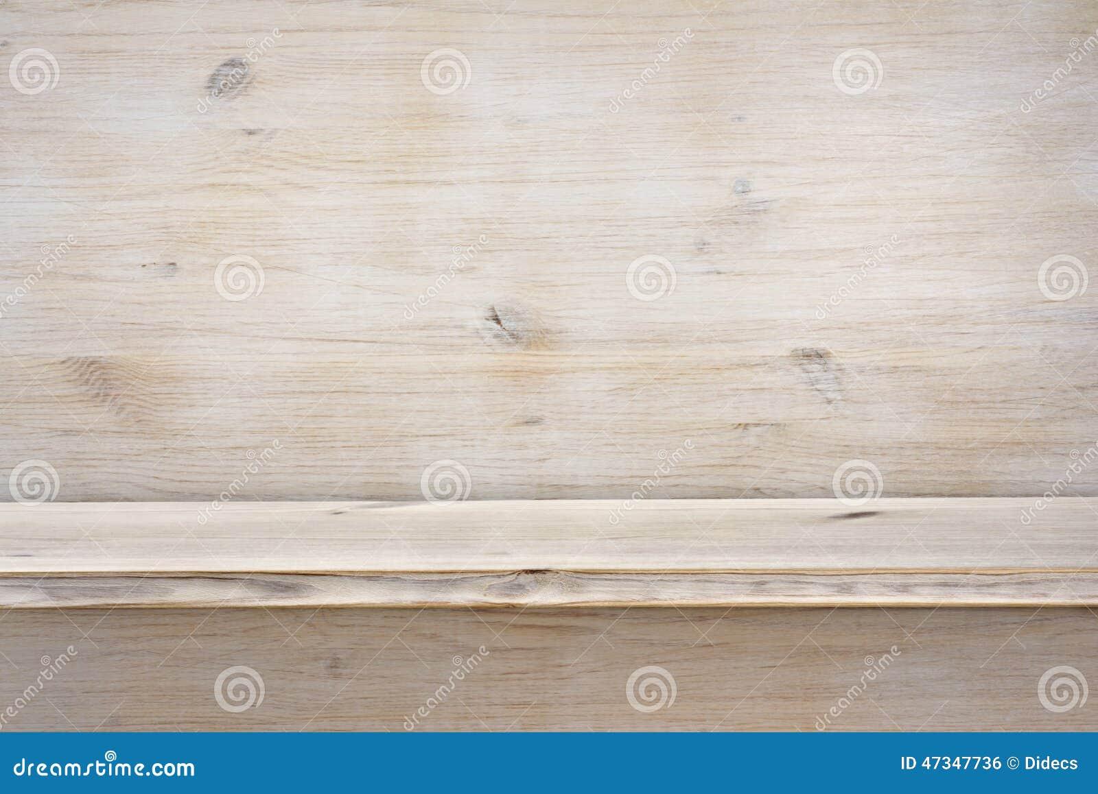 Étagère en bois vide sur le fond en bois de texture