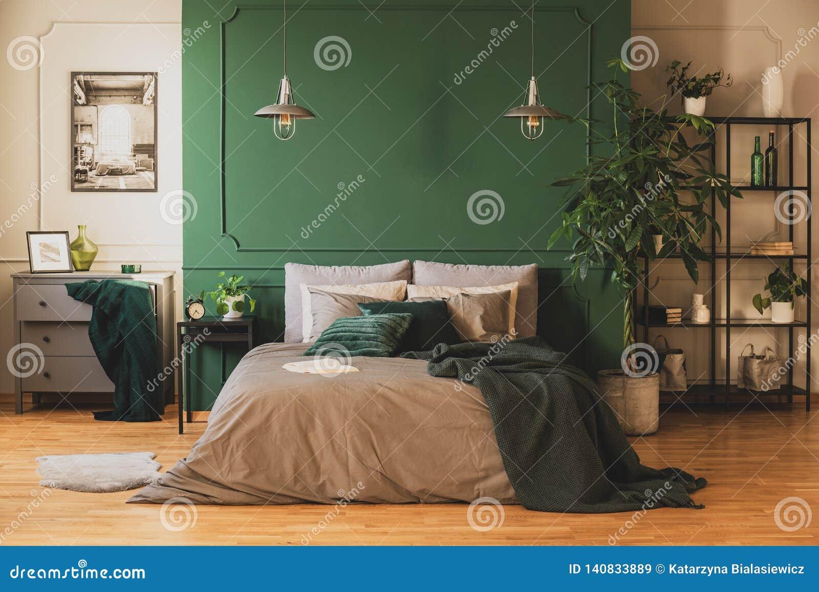 Commode Chambre Style Industriel Étagère industrielle et commode en bois dans la chambre à