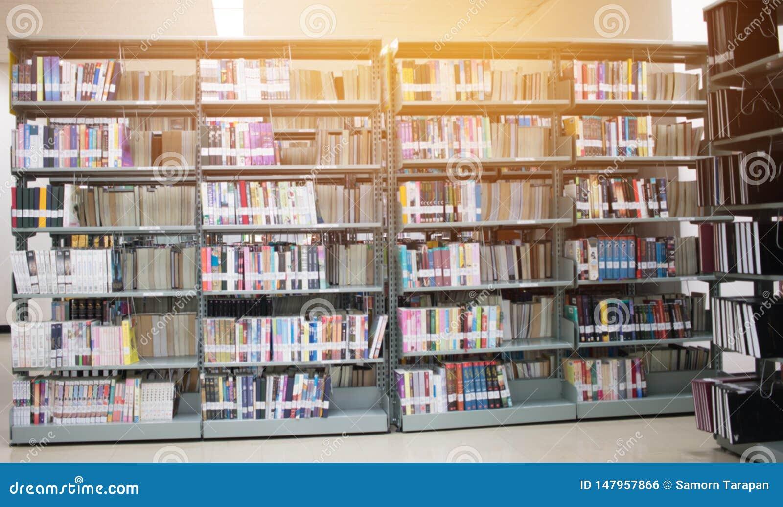 Étagère ronde dans la bibliothèque publique au-dessus du fond naturel de bibliothèques de tache floue, bokeh hors de pile de livr