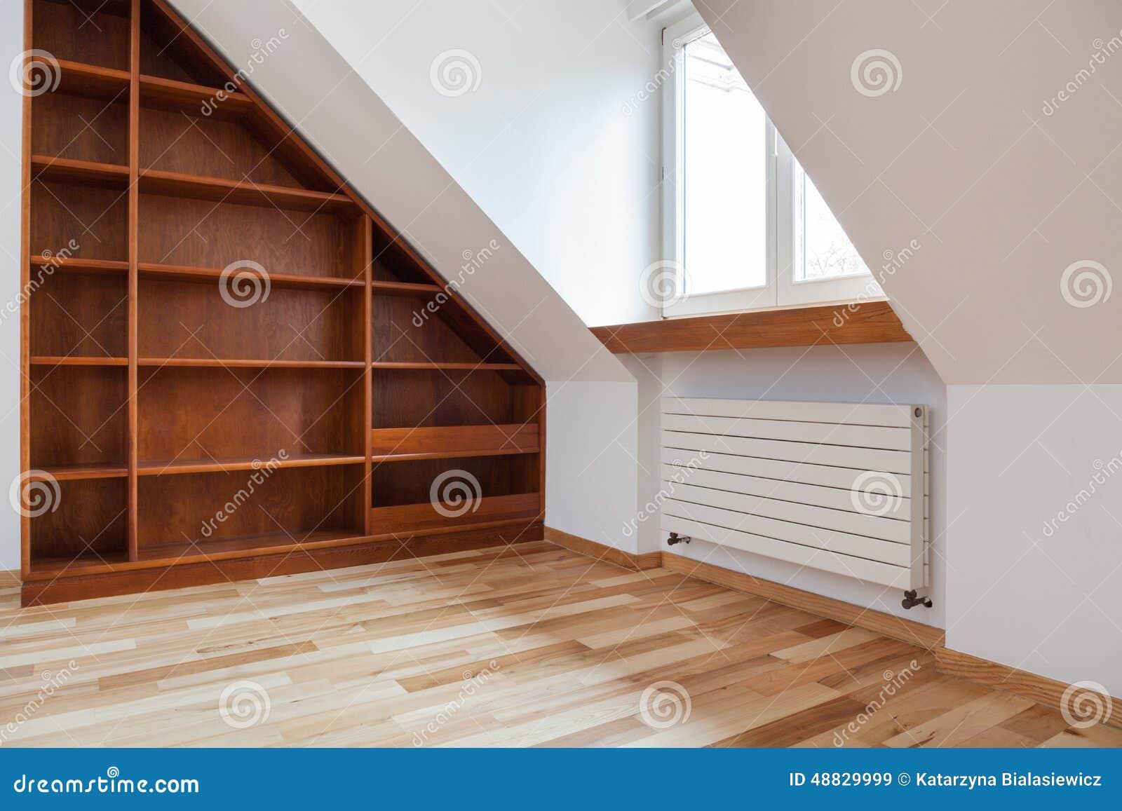 tag re vide dans le grenier image stock image du maison. Black Bedroom Furniture Sets. Home Design Ideas