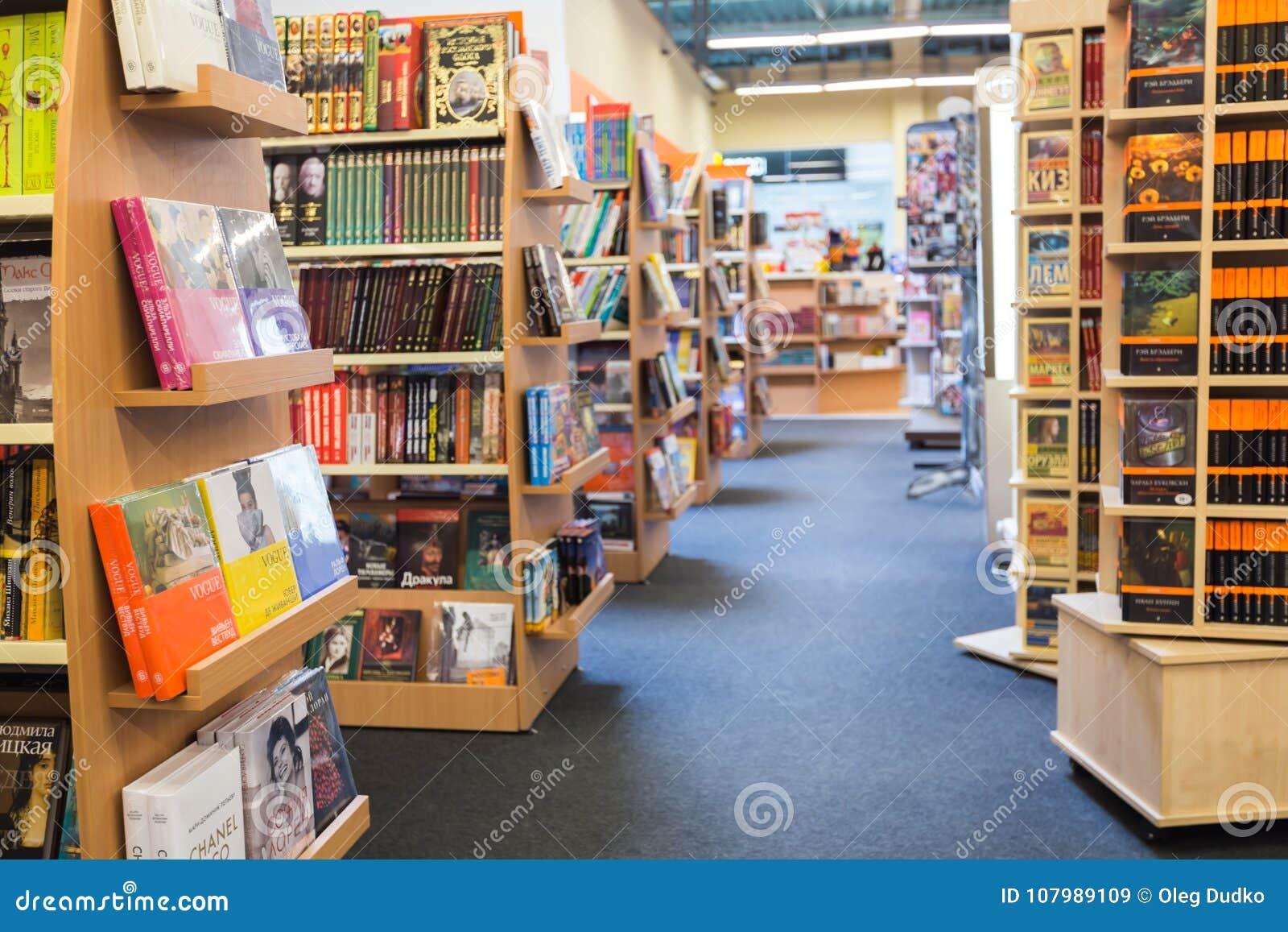 Étagères à livres de bibliothèque avec de divers livres