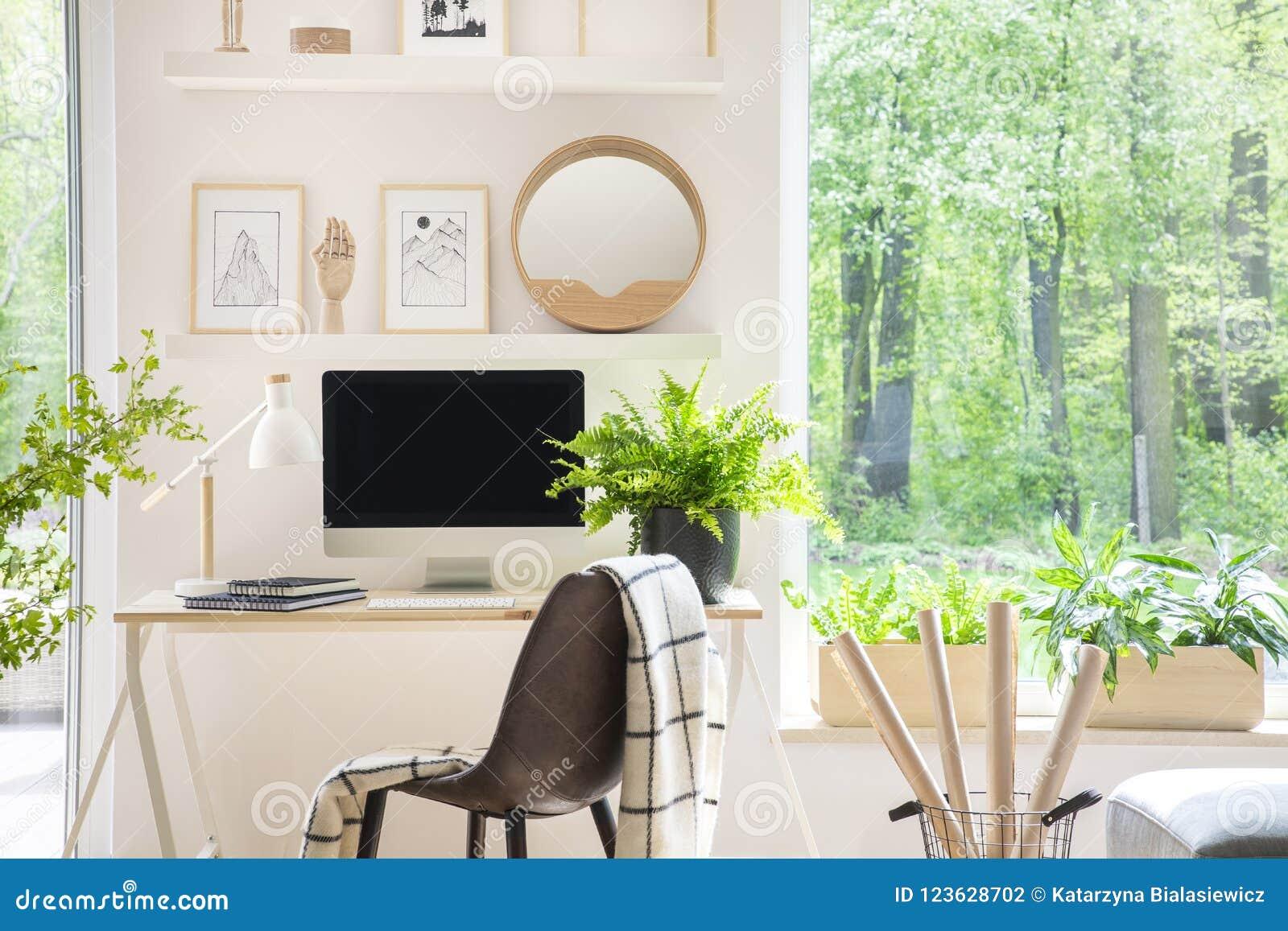 Étagères avec des illustrations au dessus d un bureau en bois avec